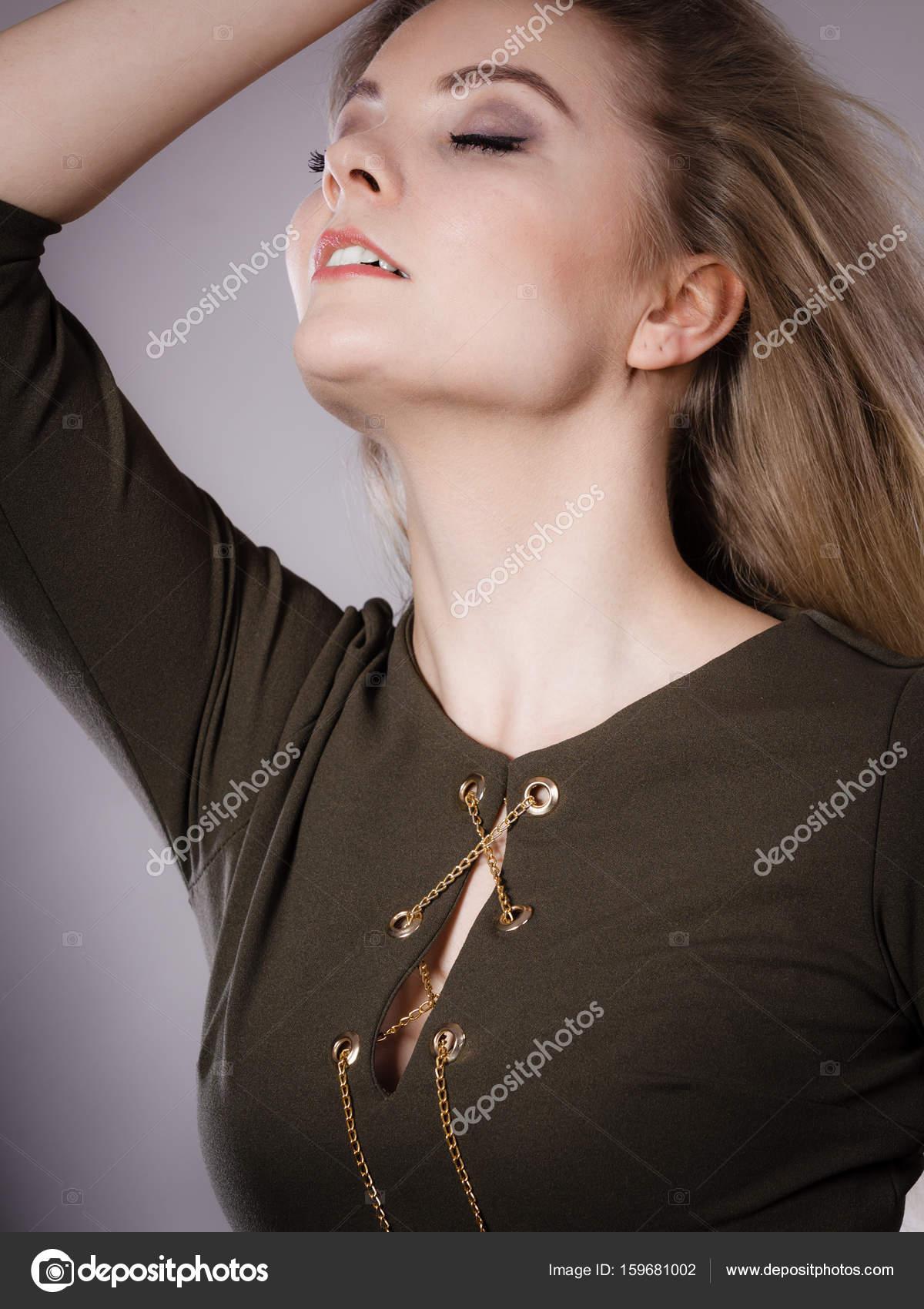 f01cec29fb4b Ελκυστική ξανθιά γυναίκα που φοράει στενό πράσινο χακί φόρεμα ...