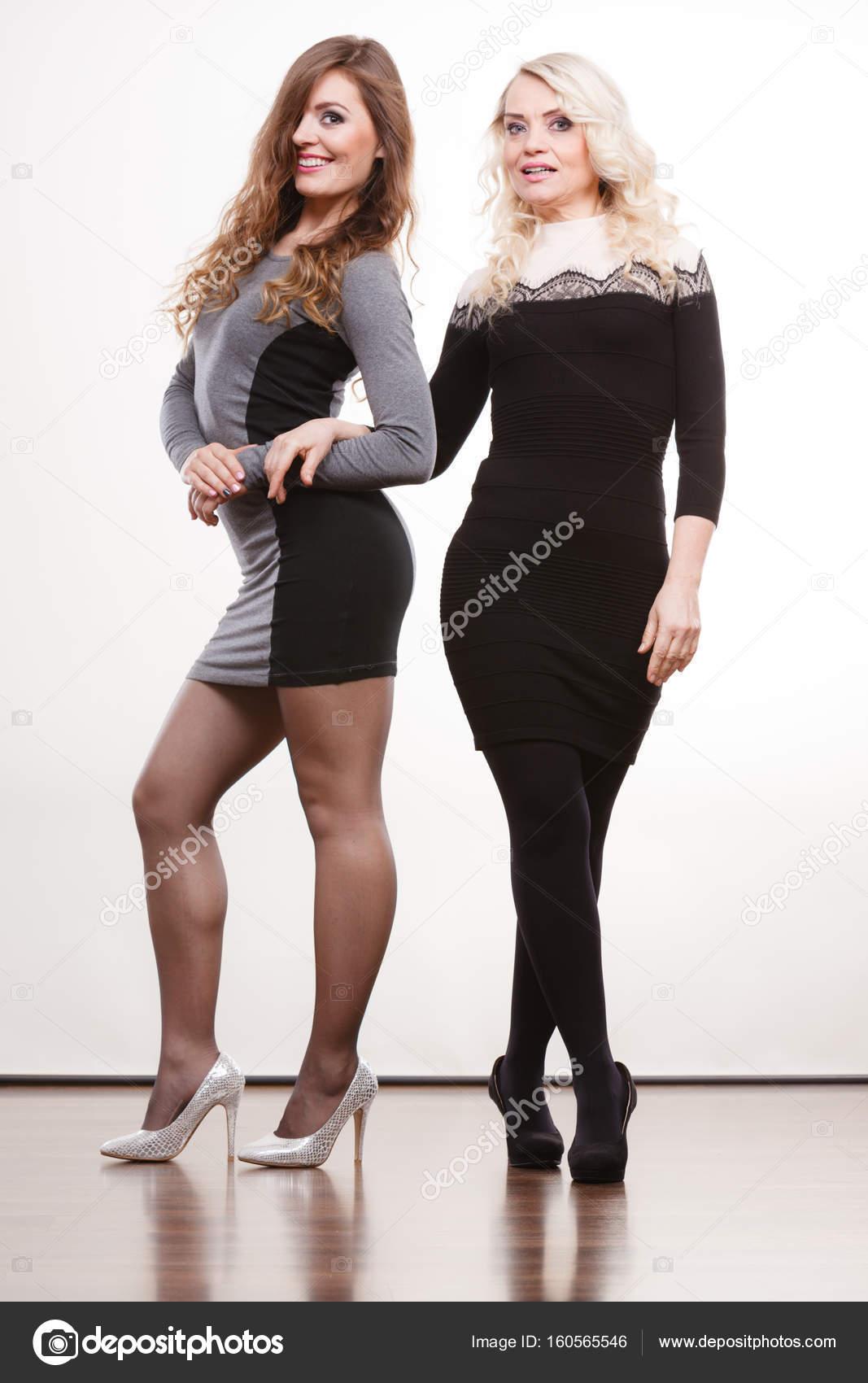 4913a3538 Elegáns anya és lánya jelentő — Stock Fotó © Voyagerix #160565546