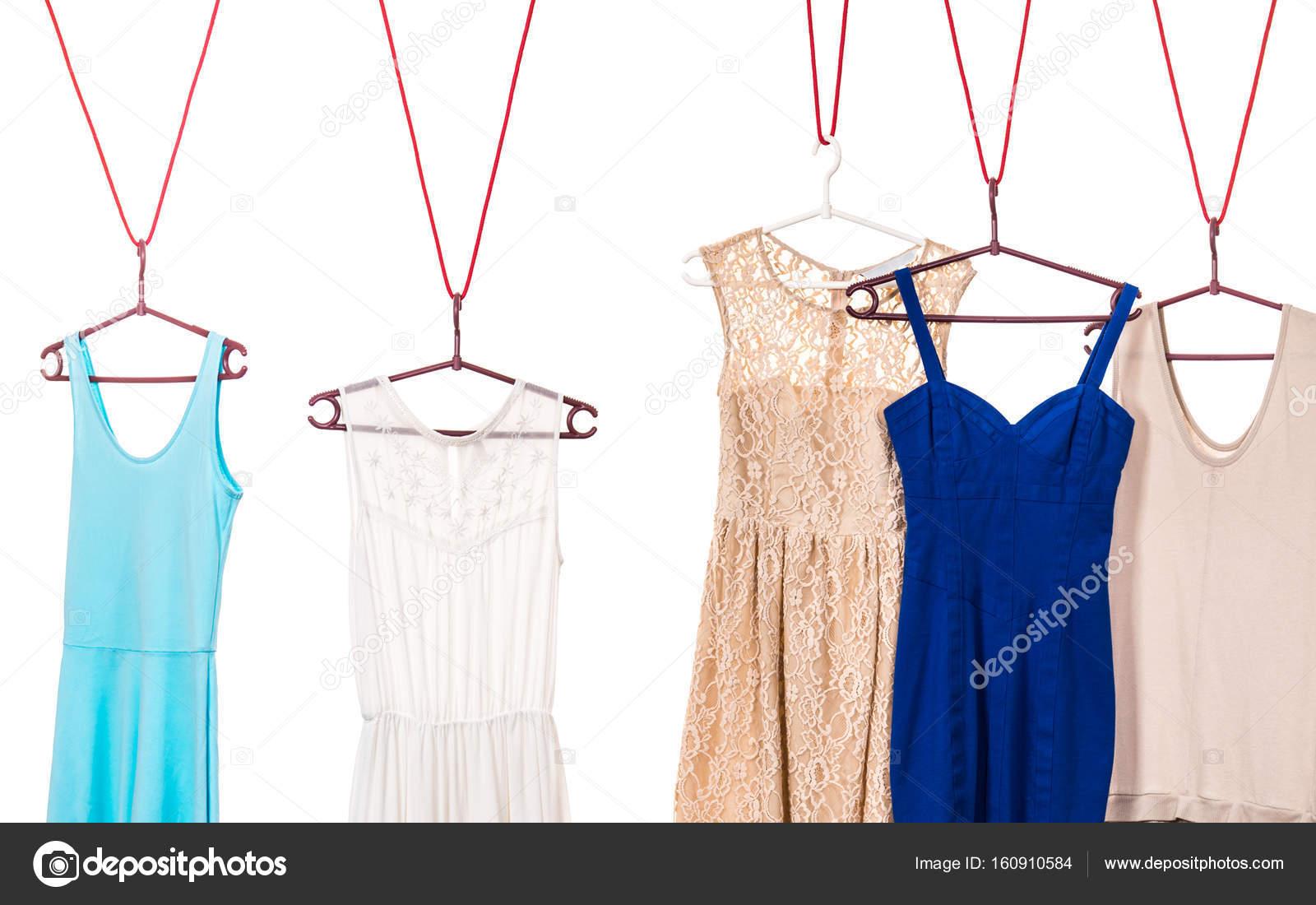 Bunte Kleider, Kleiderbügel hängen — Stockfoto © Voyagerix #160910584