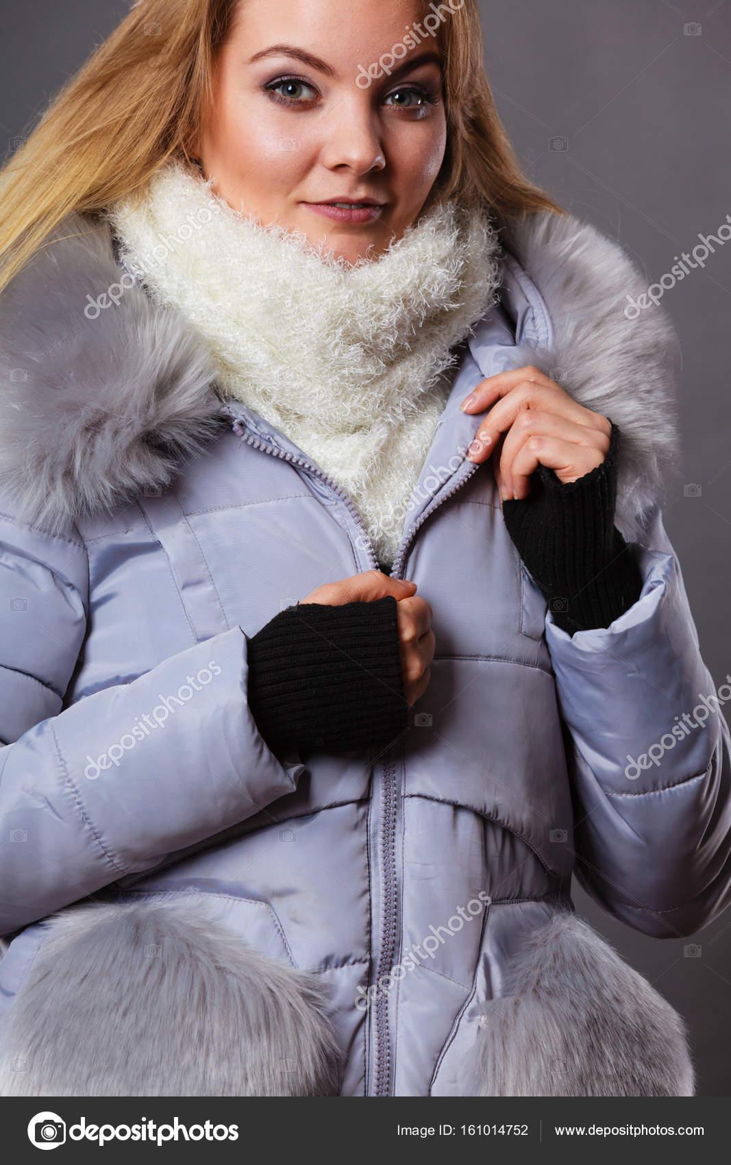 41bb48f55c2f Γυναίκα που φοράει το χειμώνα ζεστό Γούνινο μπουφάν — Φωτογραφία ...