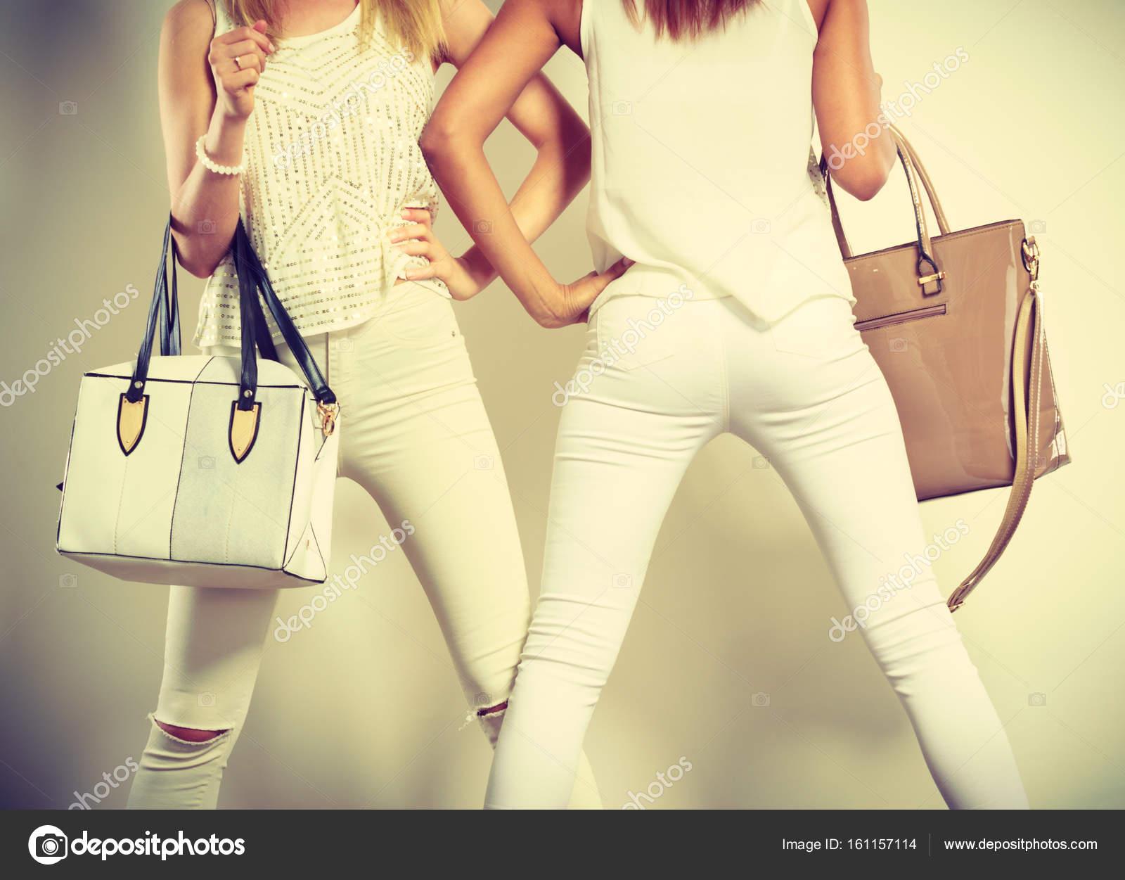 81ac79722 Két karcsú nők-ban bőr táskák táskák — Stock Fotó © Voyagerix #161157114
