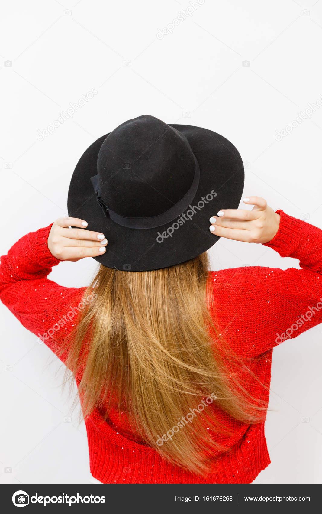 Kadın Kahverengi Uzun Saç Siyah şapkalı Arkadan Görünüm Stok Foto
