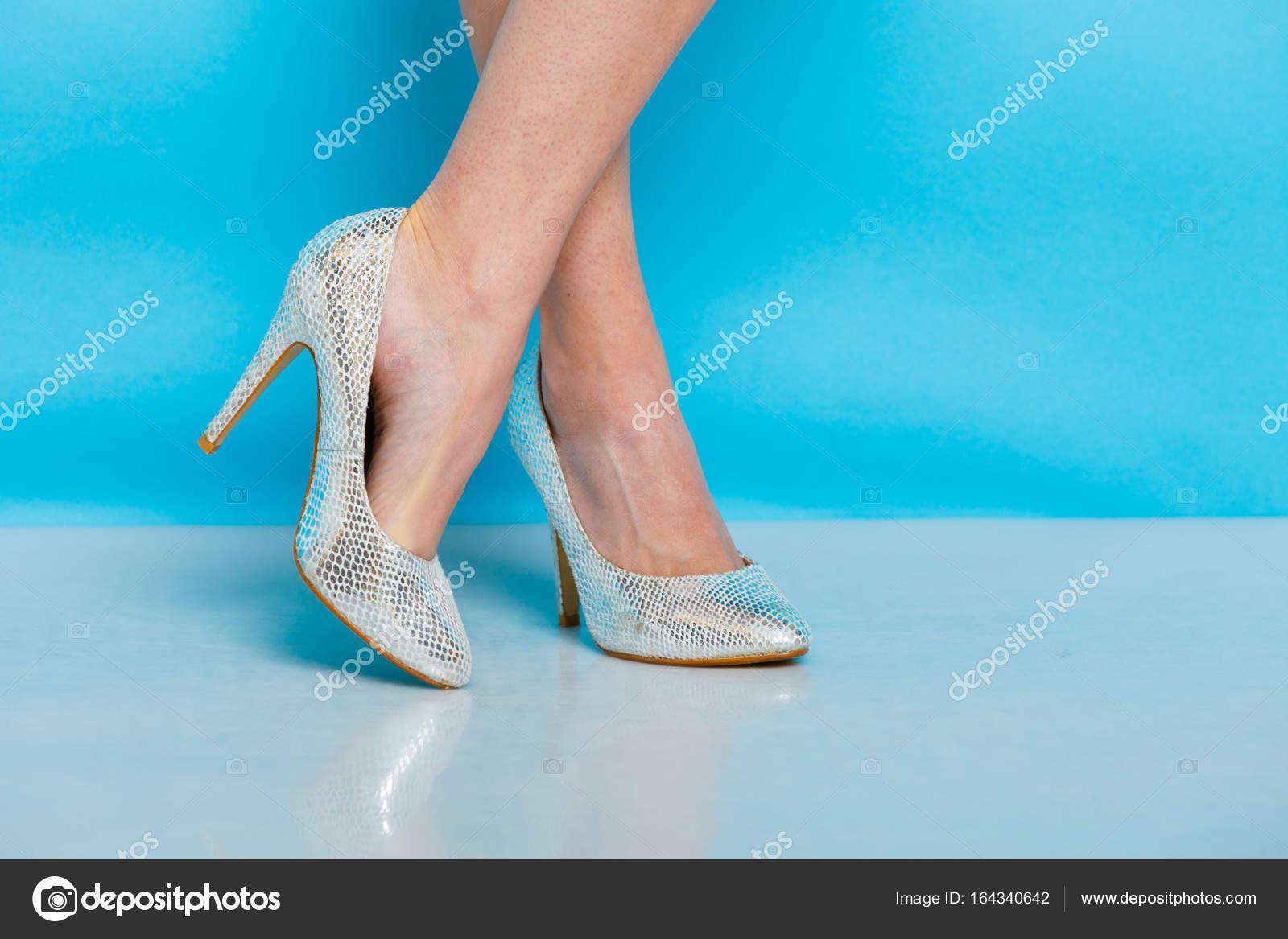 7ad9b42c501 Γυναικεία Μόδα. Ασημένια ψηλά τακούνια εμβολιάζεται μοντέρνα παπούτσια στα  πόδια. Studio πυροβόλησε εναντίον μπλε — Εικόνα από ...