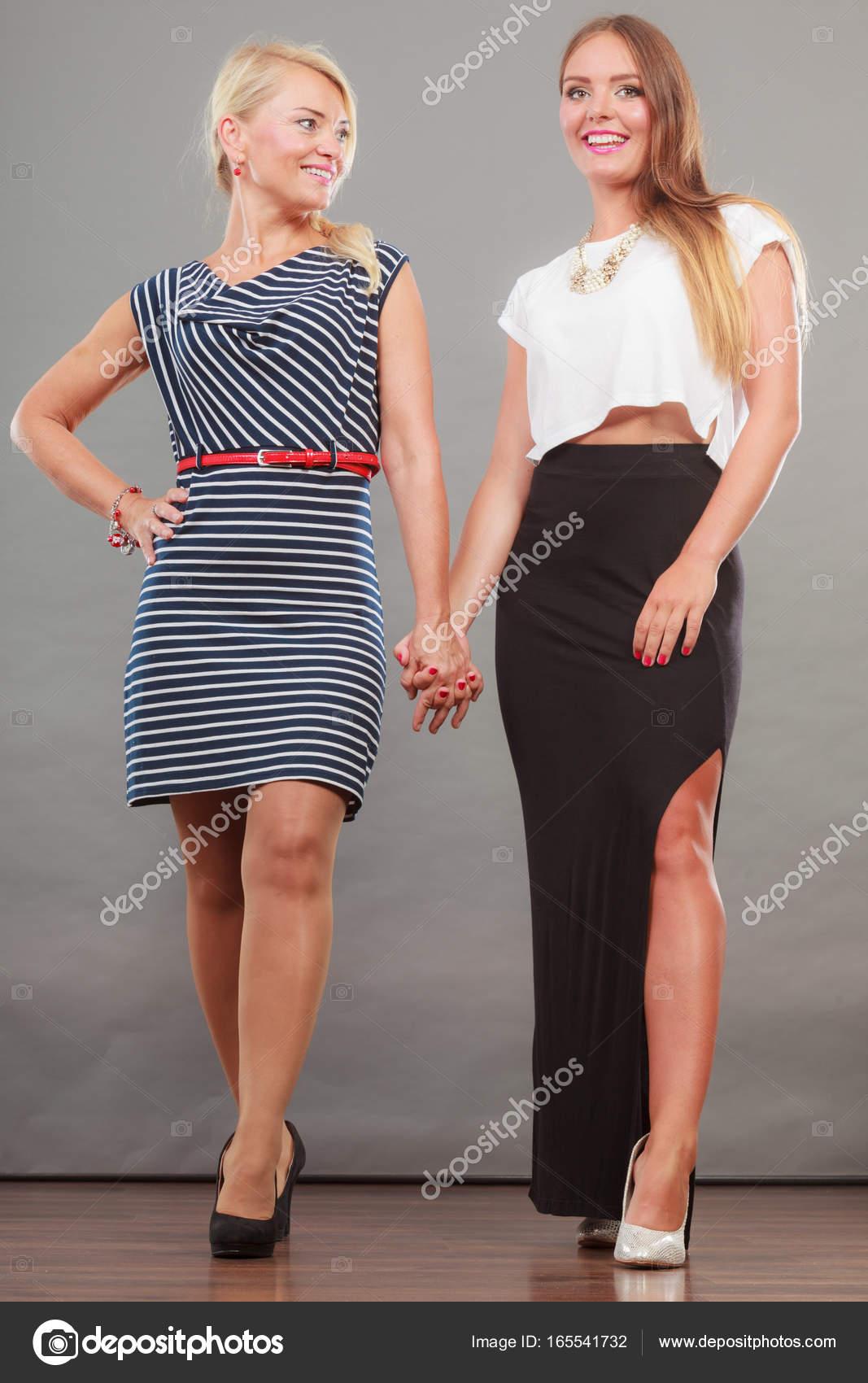 78f2a2b95 Két nő visel divatos ruhák — Stock Fotó © Voyagerix #165541732