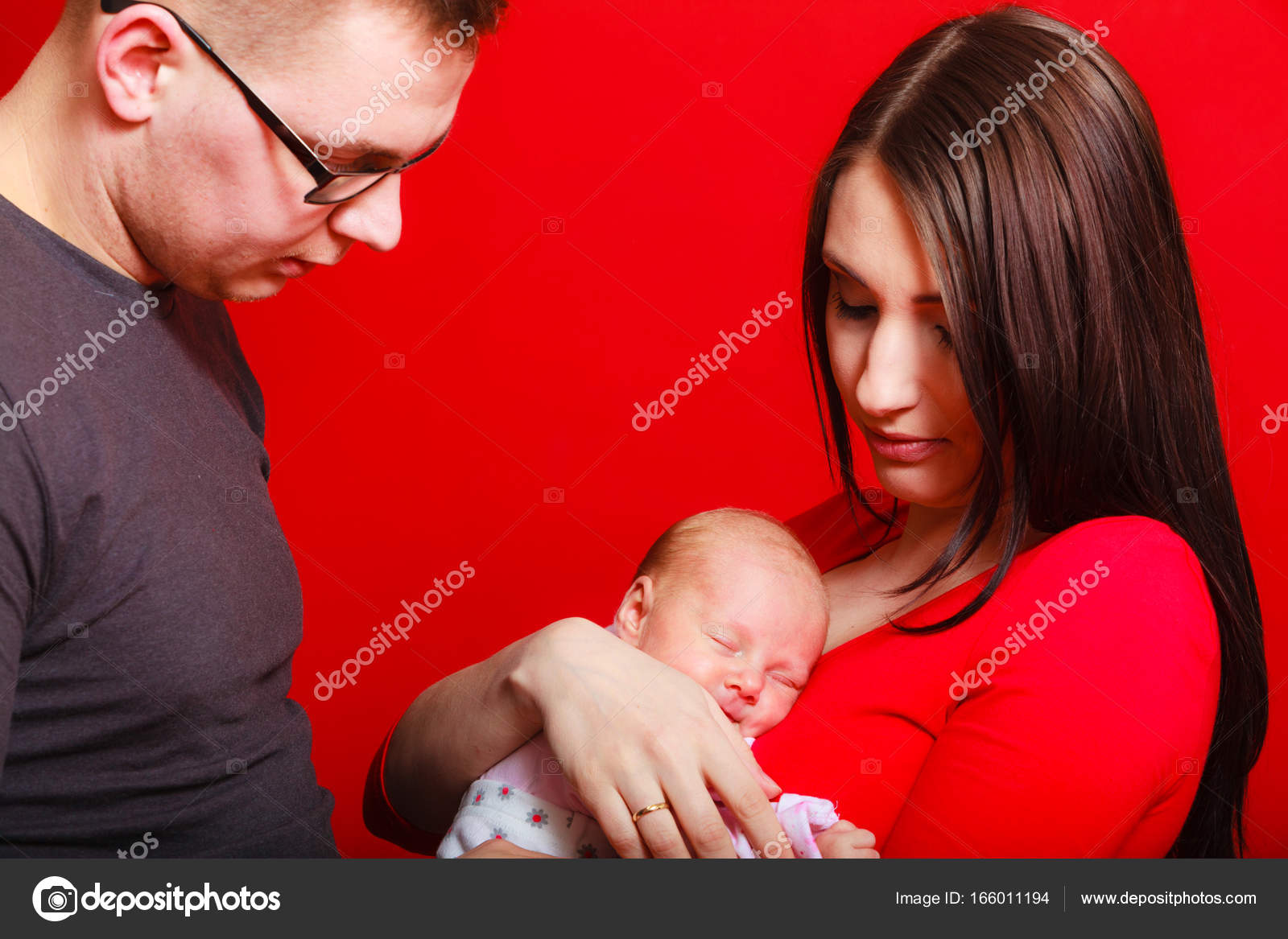 cb16fec71e9 Recién nacido de madre padre pecho junto a ellas — Foto de stock ...
