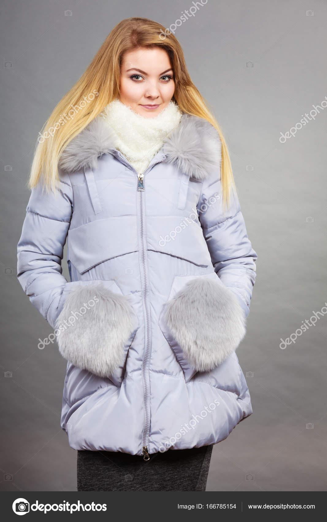 b3ea84dfbb Szezonális divat, a ruhák és a ruha fogalmát. Nő visel könnyű meleg szőrös  télikabát a hideg napok tökéletes — Fotó szerzőtől ...
