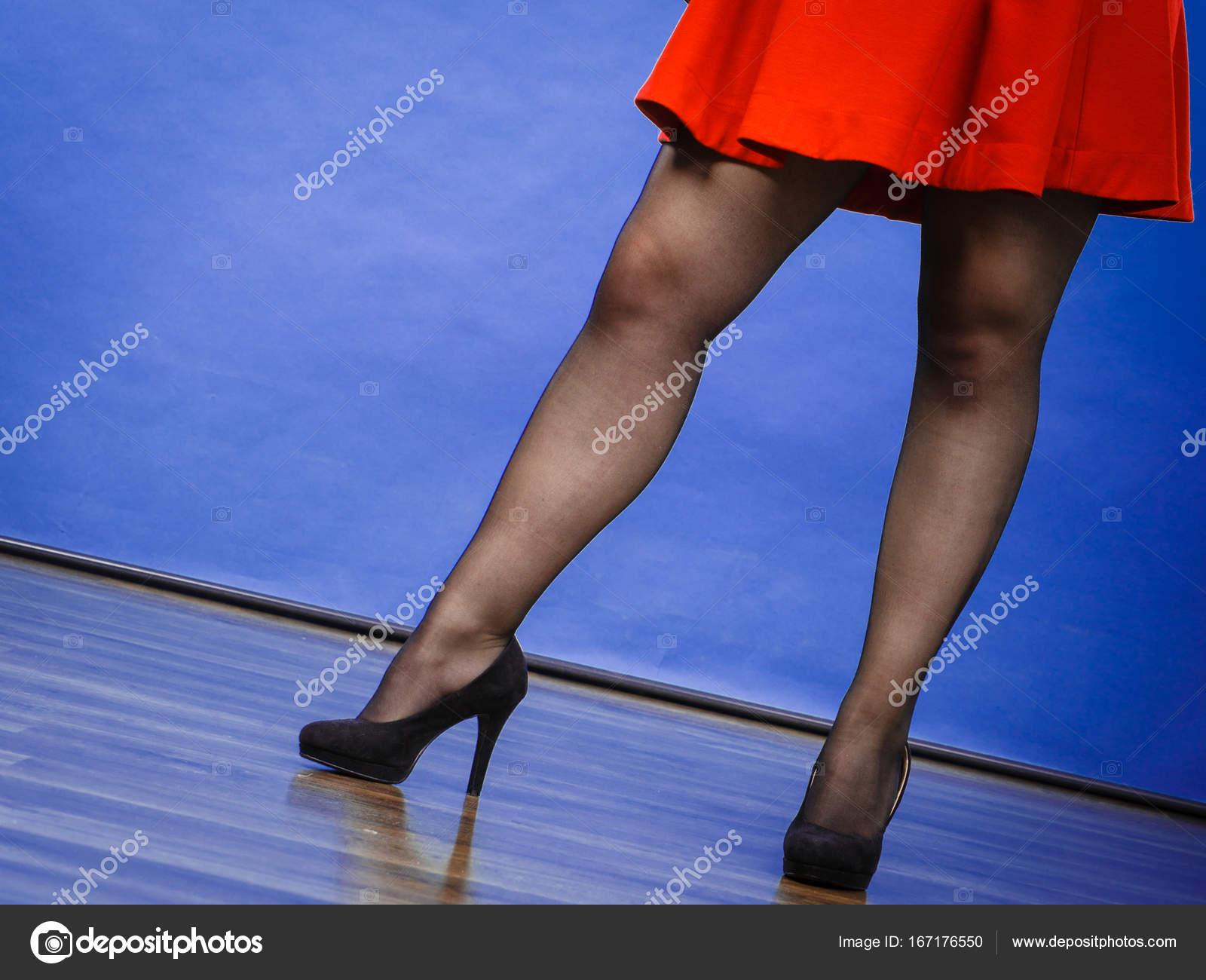 buy popular bcd00 7e723 Donna che indossa abito rosso e tacchi alti — Foto Stock ...