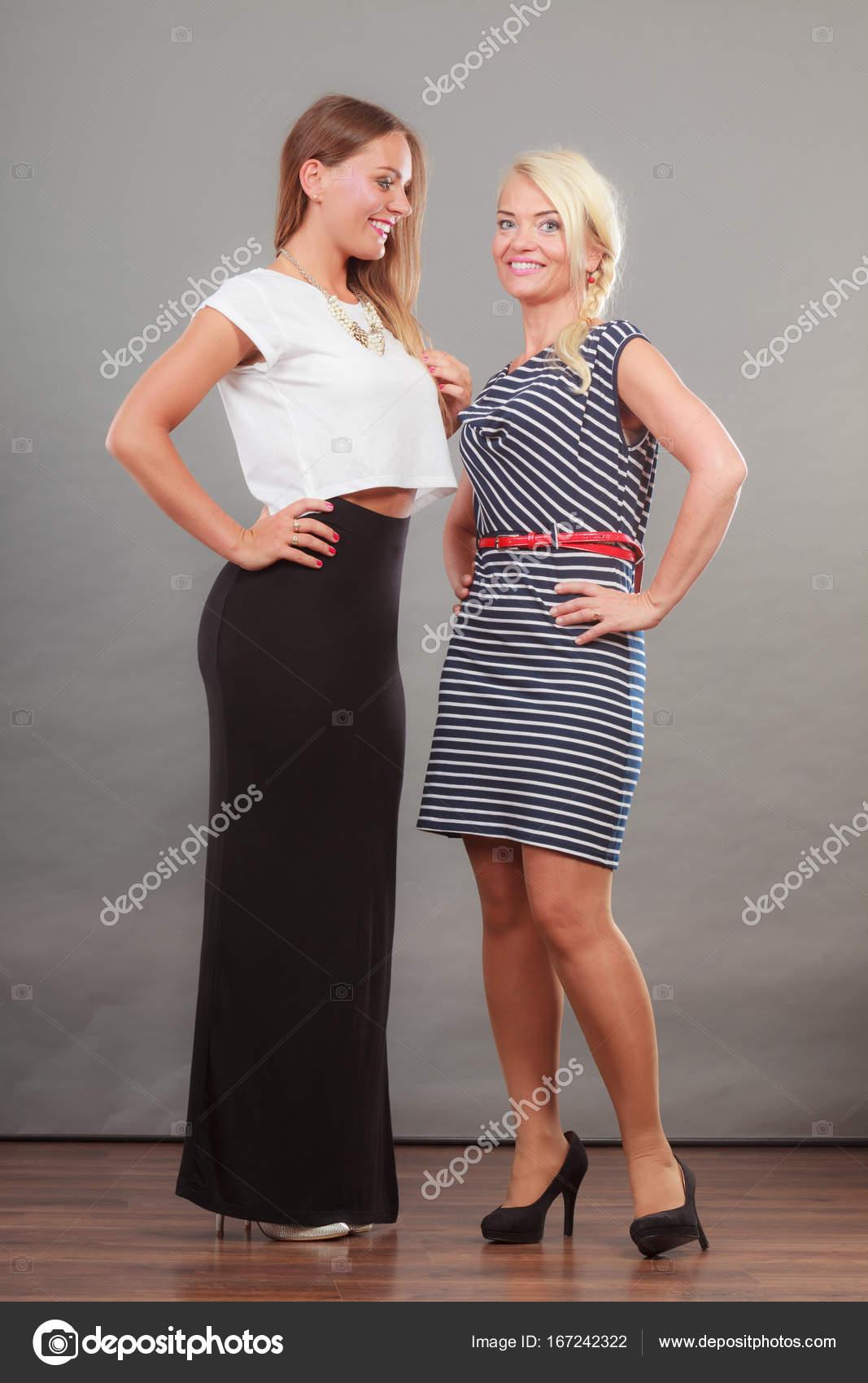 5d8002151e1 Δύο γυναίκες που φορούν φορέματα. — Φωτογραφία Αρχείου © Voyagerix ...