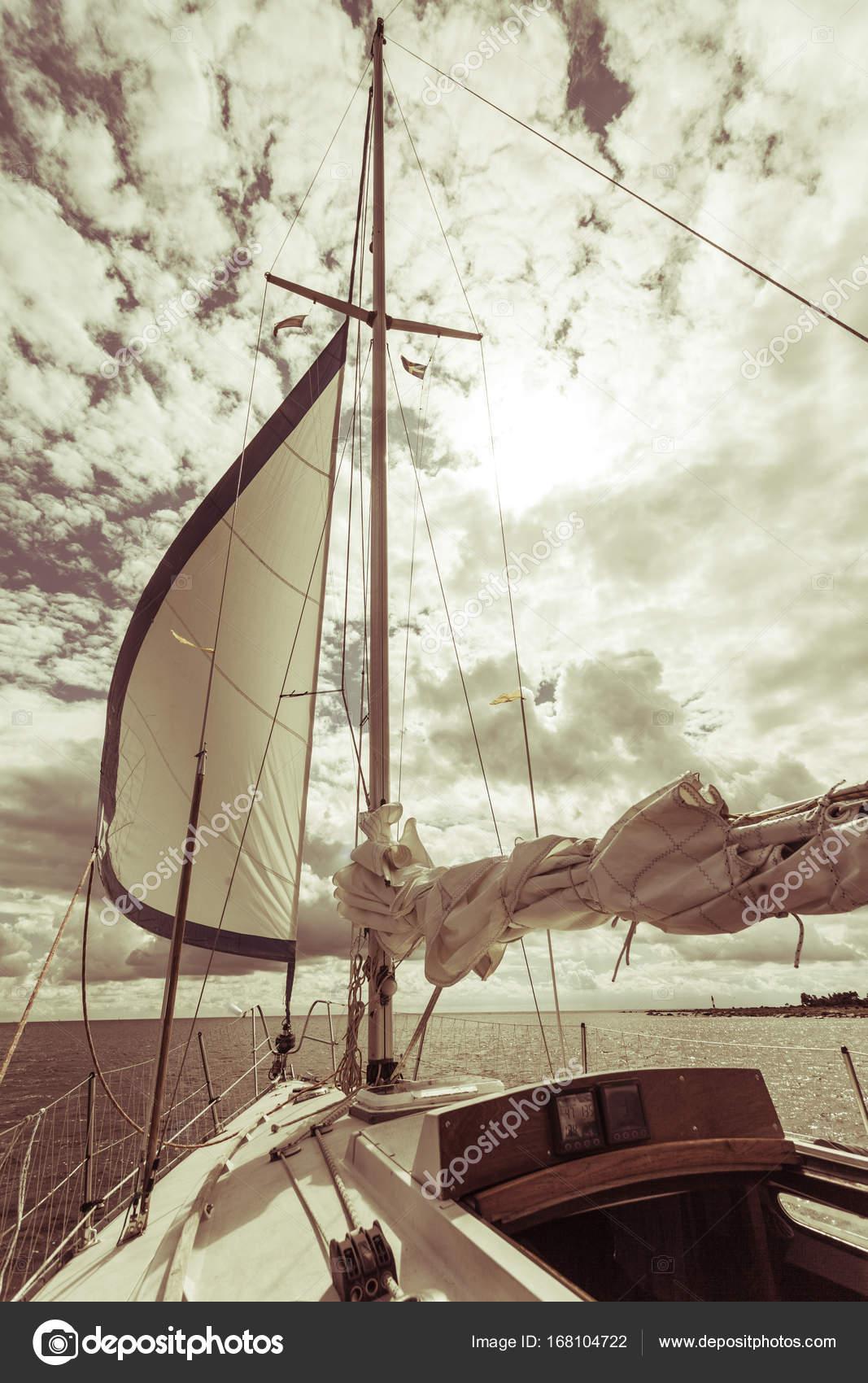 Navega en velero durante el tiempo soleado — Foto de stock ...