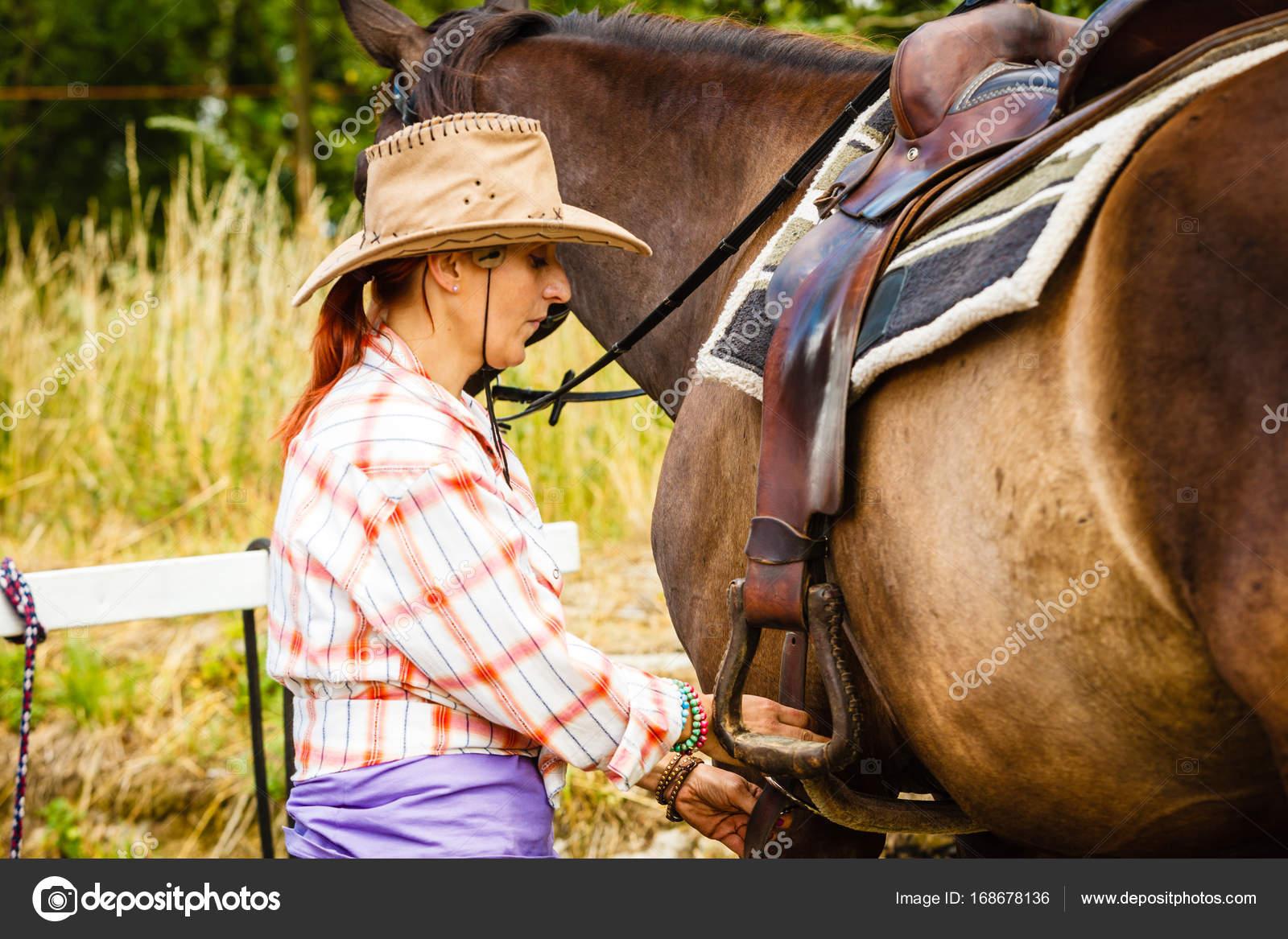 Fotos Vaqueras De Amor Vaquera Preparándose A Caballo Para Paseo
