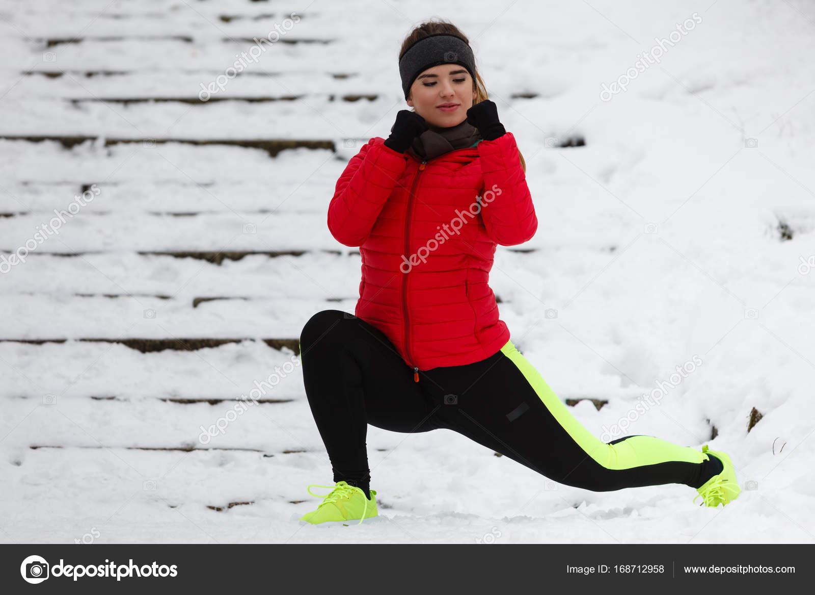 Жінки здійснюють ноги за межами взимку — Стокове фото — Спорт ... 07ad3147f82ac