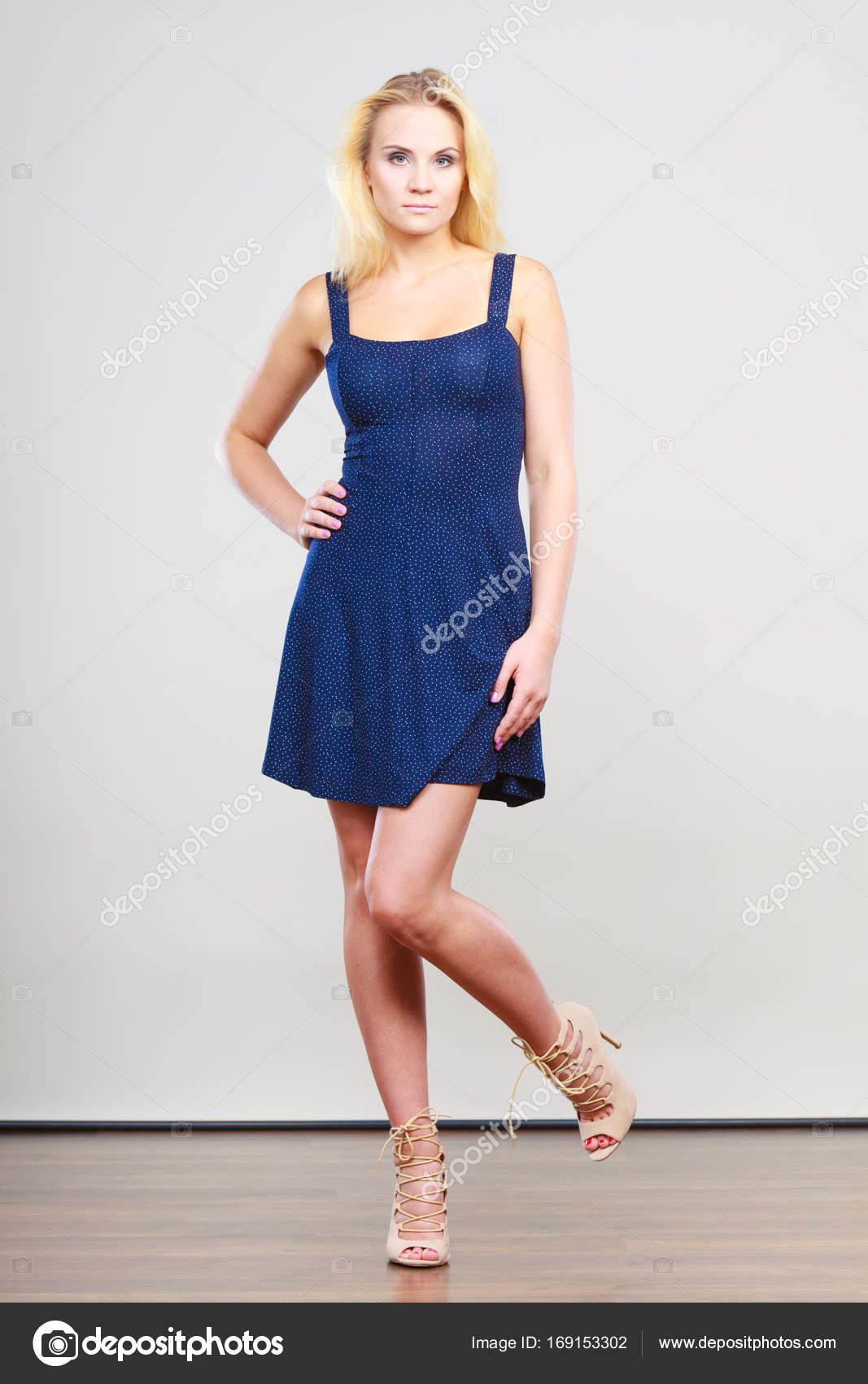 95930bd66425 Concetto di idee estate vestito alla moda alla moda. Donna attraente bionda  che indossa abito corto blu e tacchi alti fantasia — Foto di Voyagerix