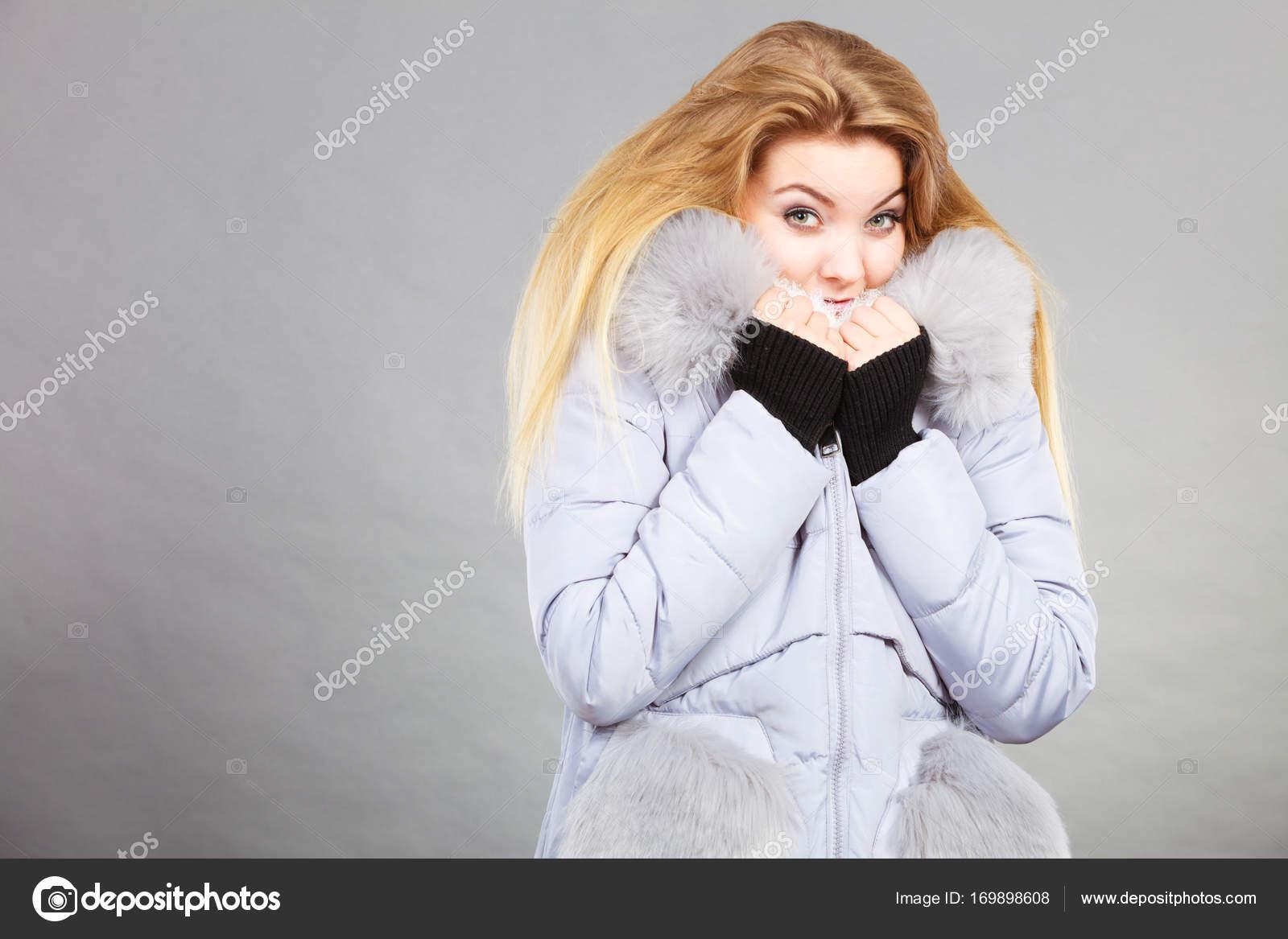 Жінки носять зимові Куртки утеплені пухнастий — Стокове фото — білий ... 8a3ac74ffcad2