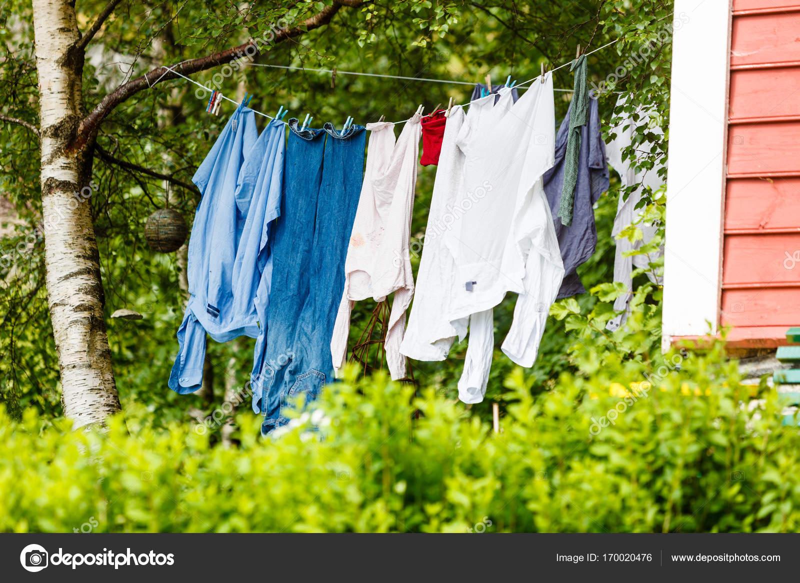 Wäsche trocknen draußen im grünen Landschaft — Stockfoto ...