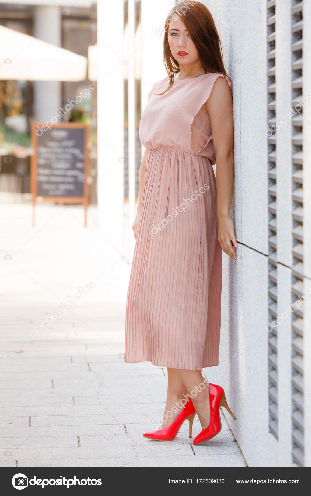 Mujer en vestido largo caminando por la calle de la ciudad — Fotos ...
