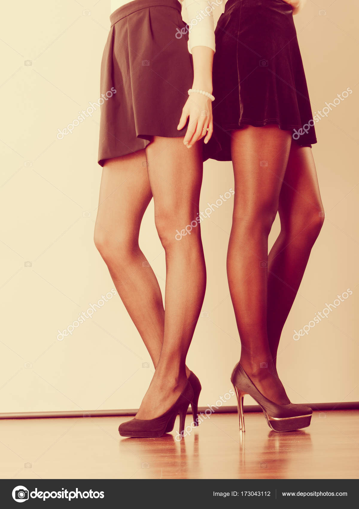 ebf921b4a Két nő lába bemutatja a magas sarkú cipő — Stock Fotó © Voyagerix ...