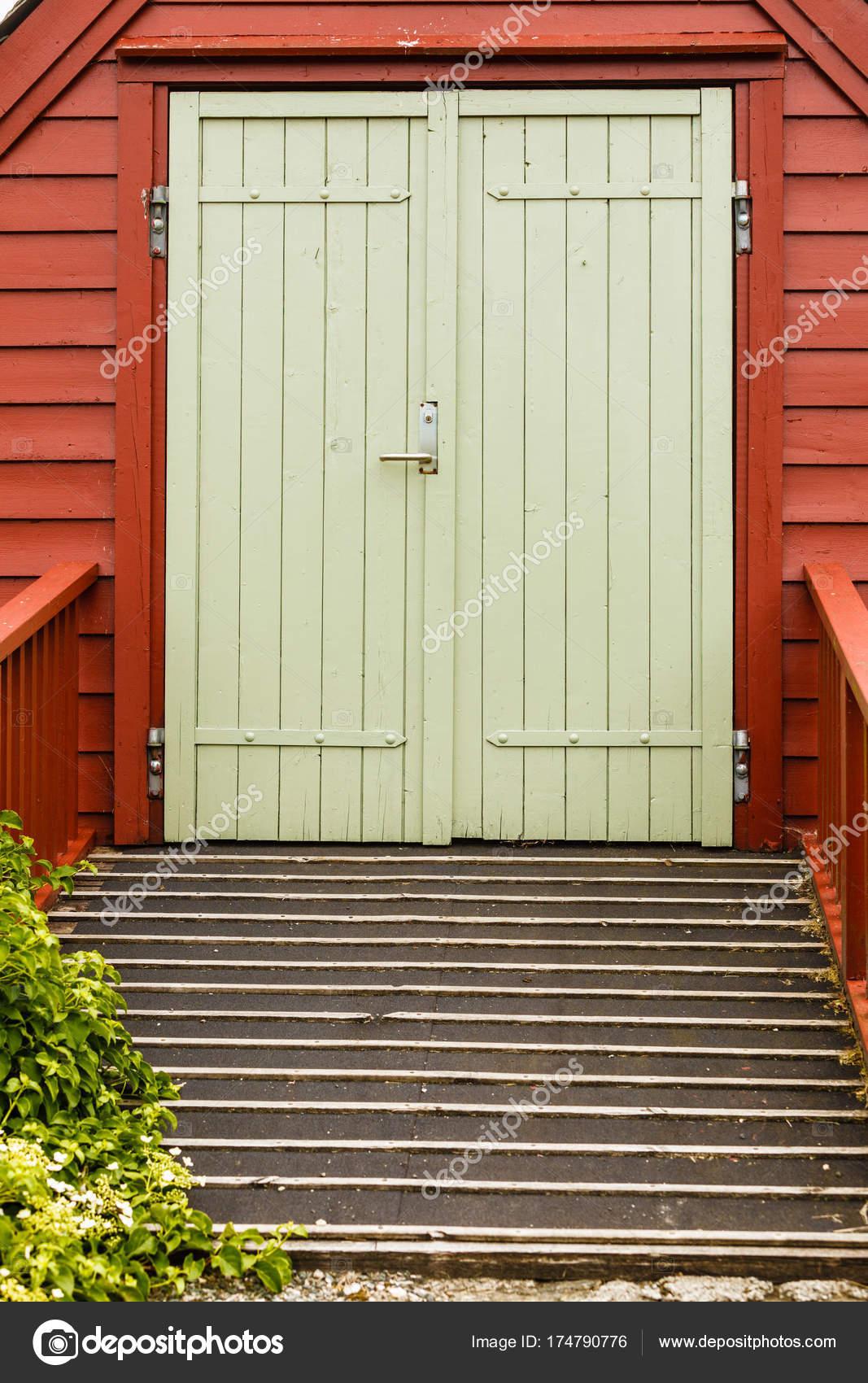 Vieja Verde Grandes Puertas De Madera En Casa Foto De Stock