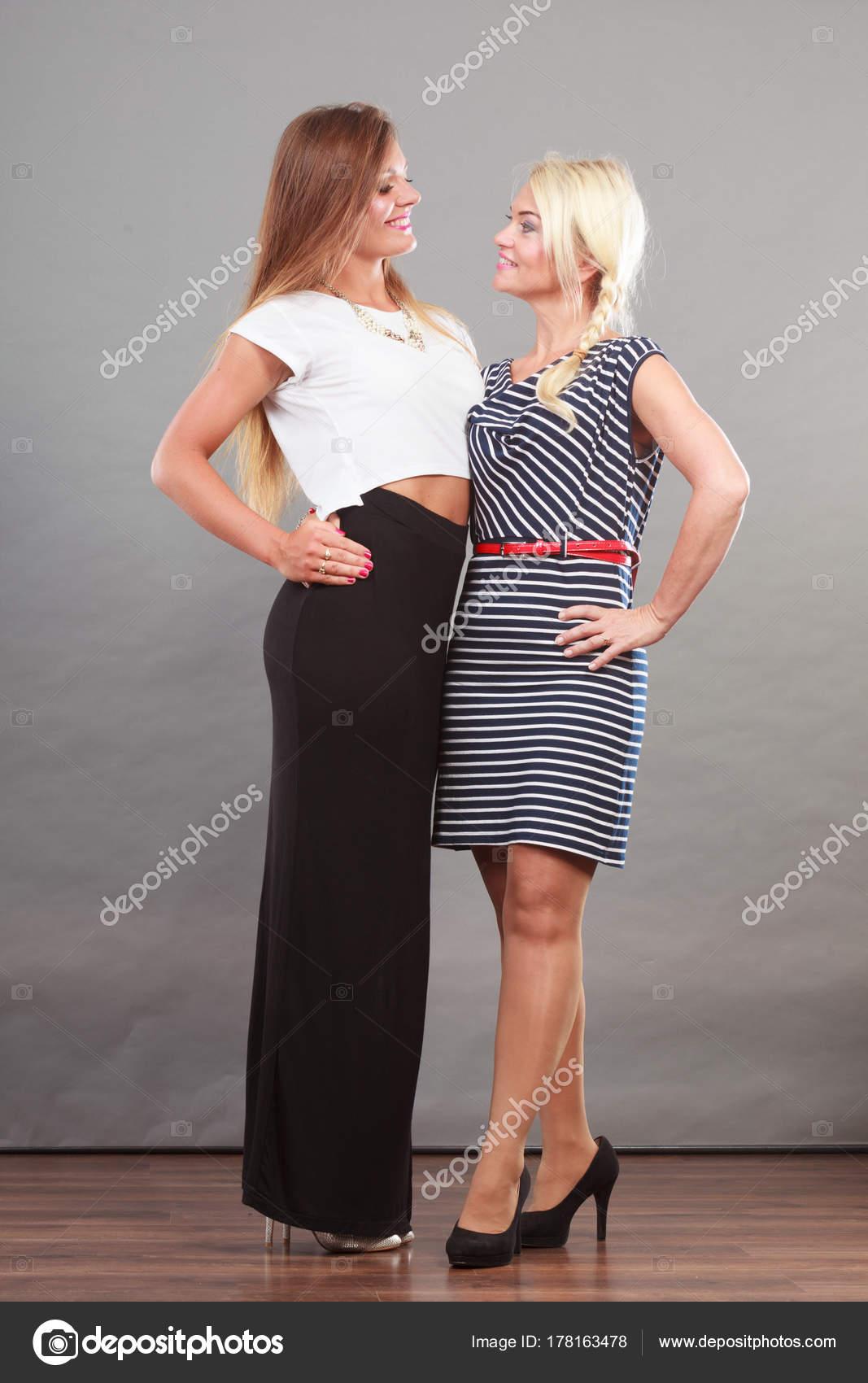 003f733e5 Két nő visel divatos ruhák — Stock Fotó © Voyagerix #178163478