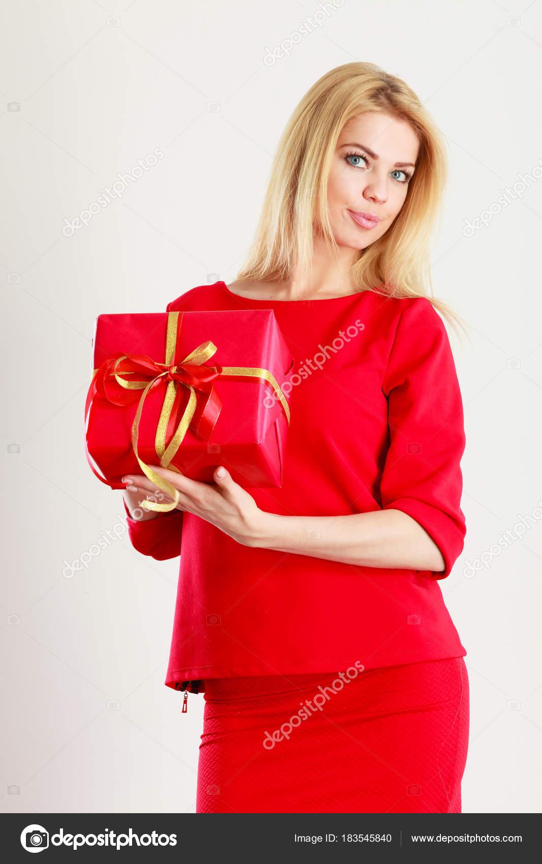 97e6545d134 Krásná žena s červeným dárek — Stock Fotografie © Voyagerix  183545840