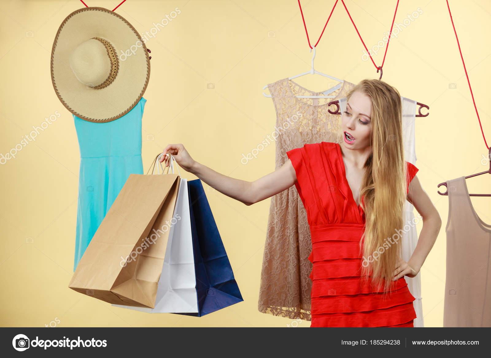 b1b24c027b A nő Shop szedés nyári ruhák, így tökéletes ruhát, ruha kiválasztása az új  gyűjtemény, gazdaság sok papír táskák. Divat, jó vásárlási koncepció — Fotó  ...