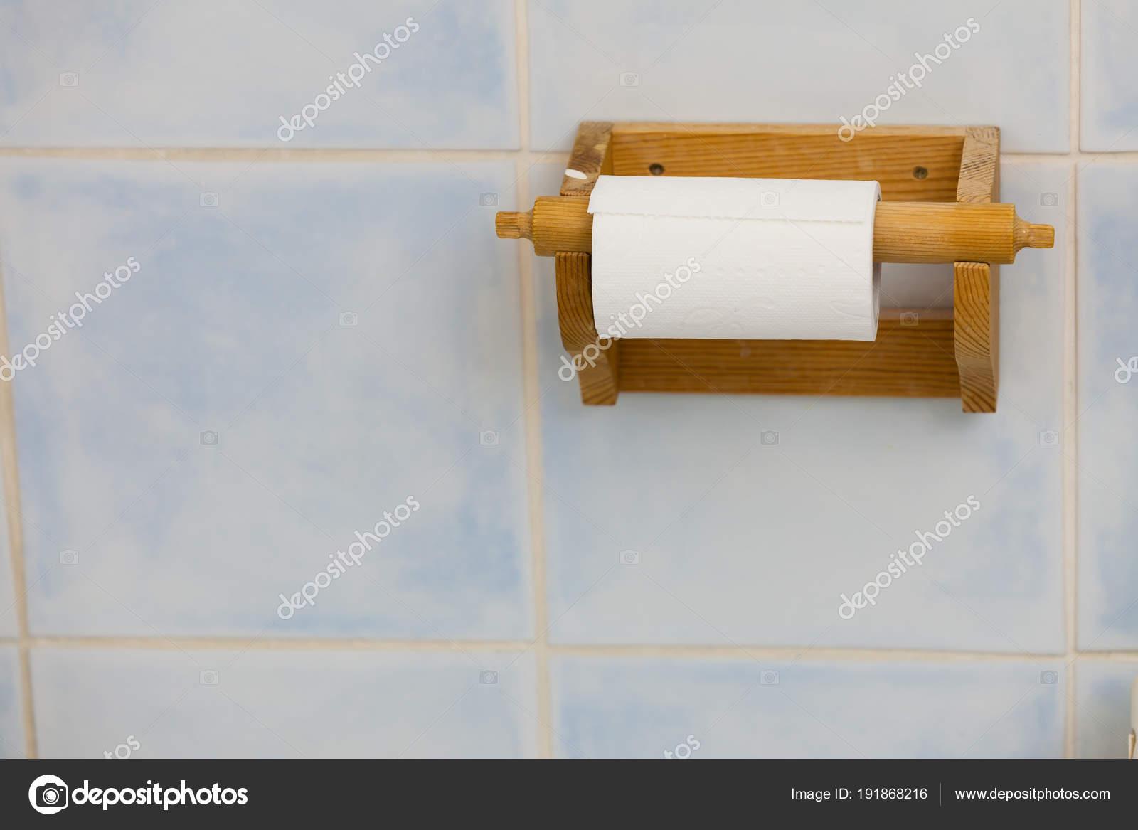 Contenitore in legno carta igienica in bagno u foto stock