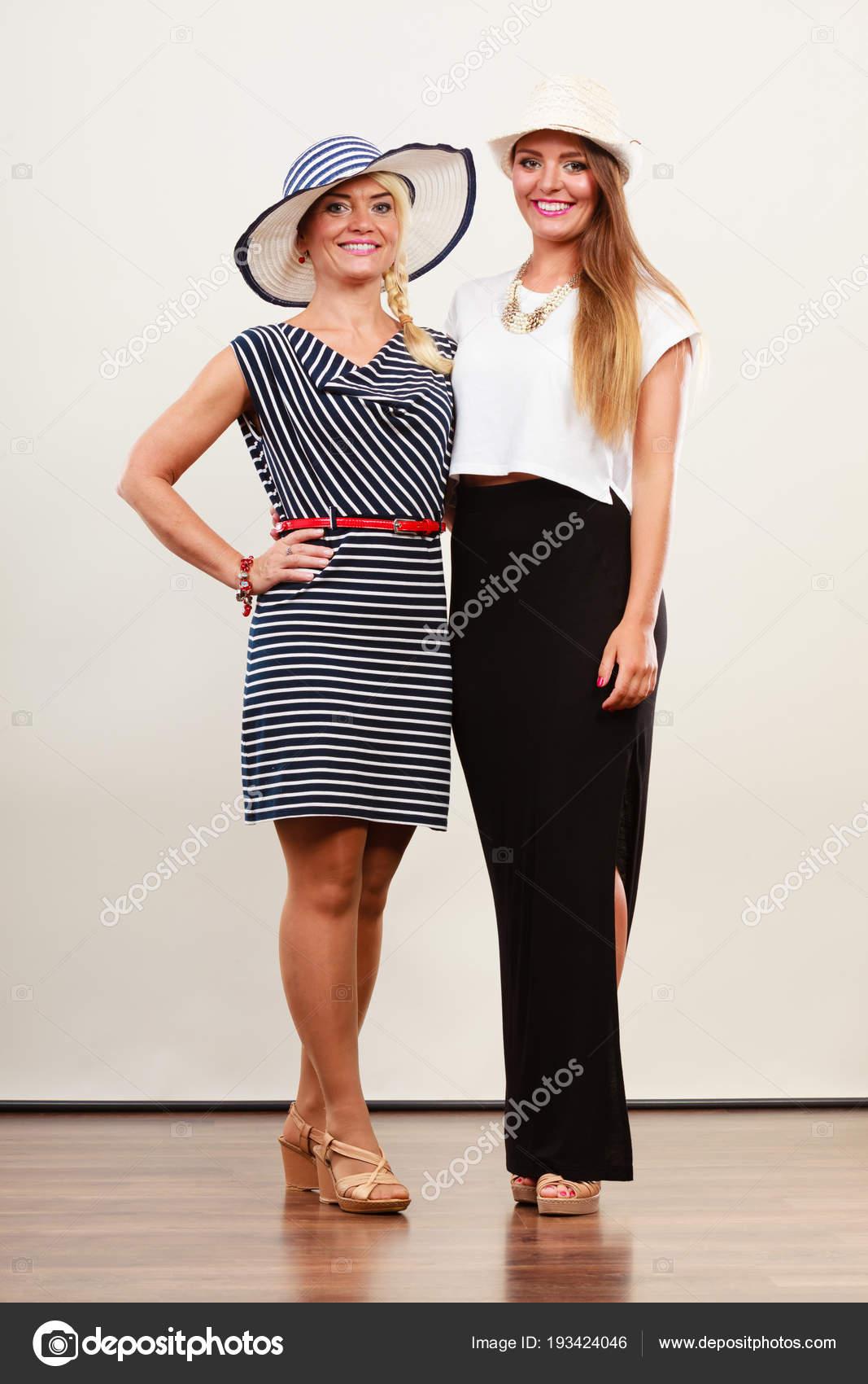 2db82ce7f Két nő visel divatos ruhák — Stock Fotó © Voyagerix #193424046