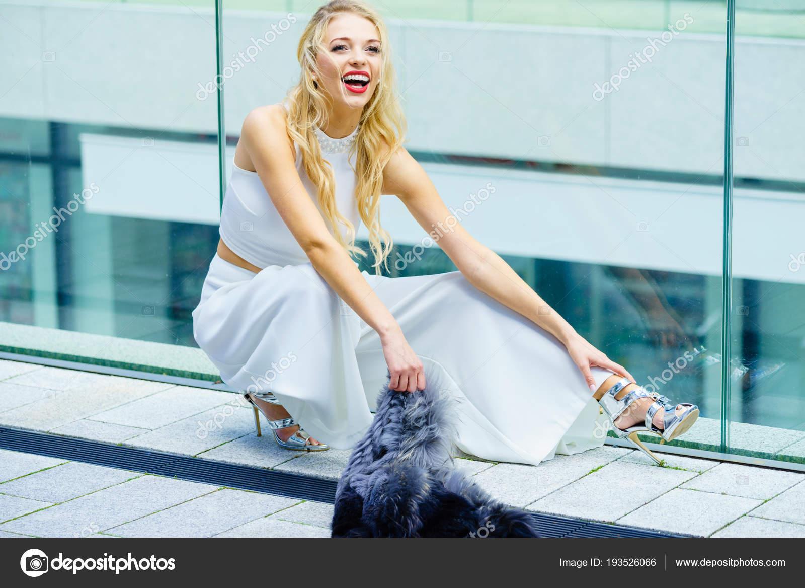 123a94f6ec3c Κομψά μοντέρνα γυναίκα παρουσιάζει μοντέρνο αστικό ντύσιμο. Λευκό crop top  και το παντελόνι Παντελόνες. Υπαίθρια φωτογραφία συνόδου