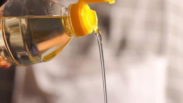 Detailní záběr Nalití rostlinného oleje do pánve vařit