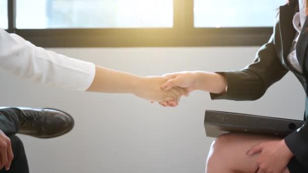 Podnikatelé si potřásají rukama, aby mohli obchodovat
