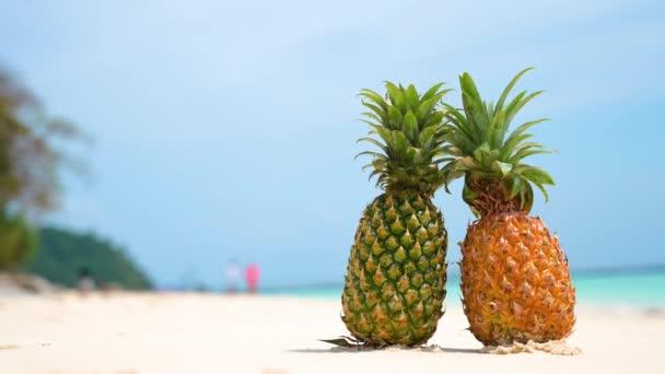 Brýle ananas se nacházejí na pláži u moře v horkém slunci, nastavení koncepce pro léto.