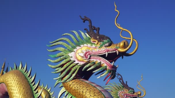 Čínský drak s modrou oblohou