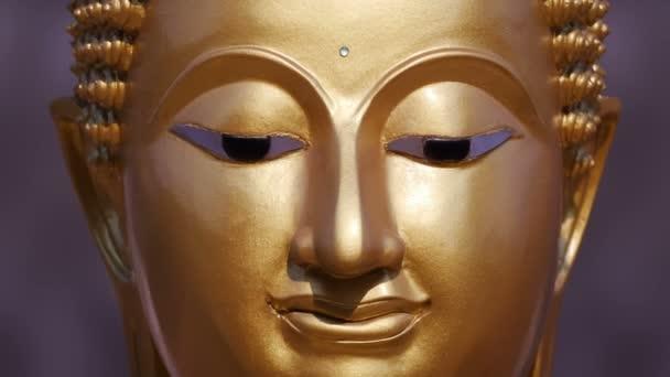 Zlatá socha Buddhy zblízka, oddálit