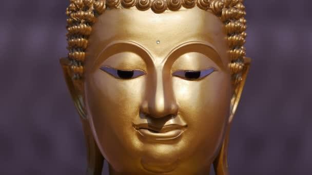 Arany Buddha szobor közelről, nagyítás