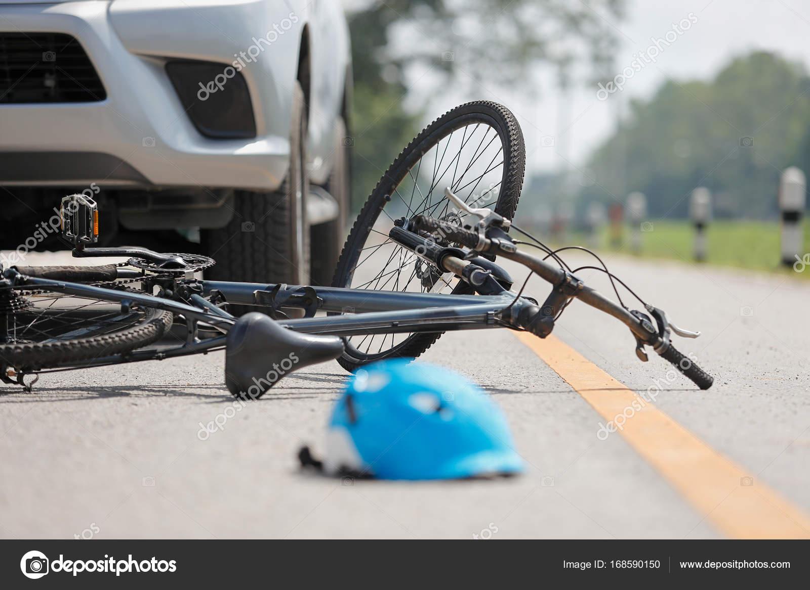Unfall Auto Crash mit dem Fahrrad unterwegs — Stockfoto © toa55 ...