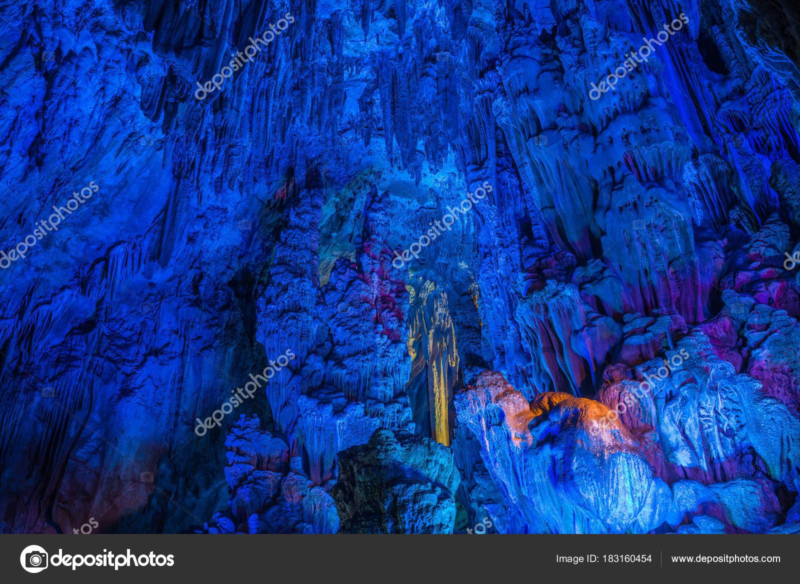 Kleur verlichting van ondergrondse grotten — Stockfoto © omur12 ...