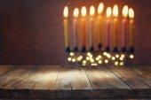 Prázdnou dřevěný stůl před židovským svátkem Chanuka
