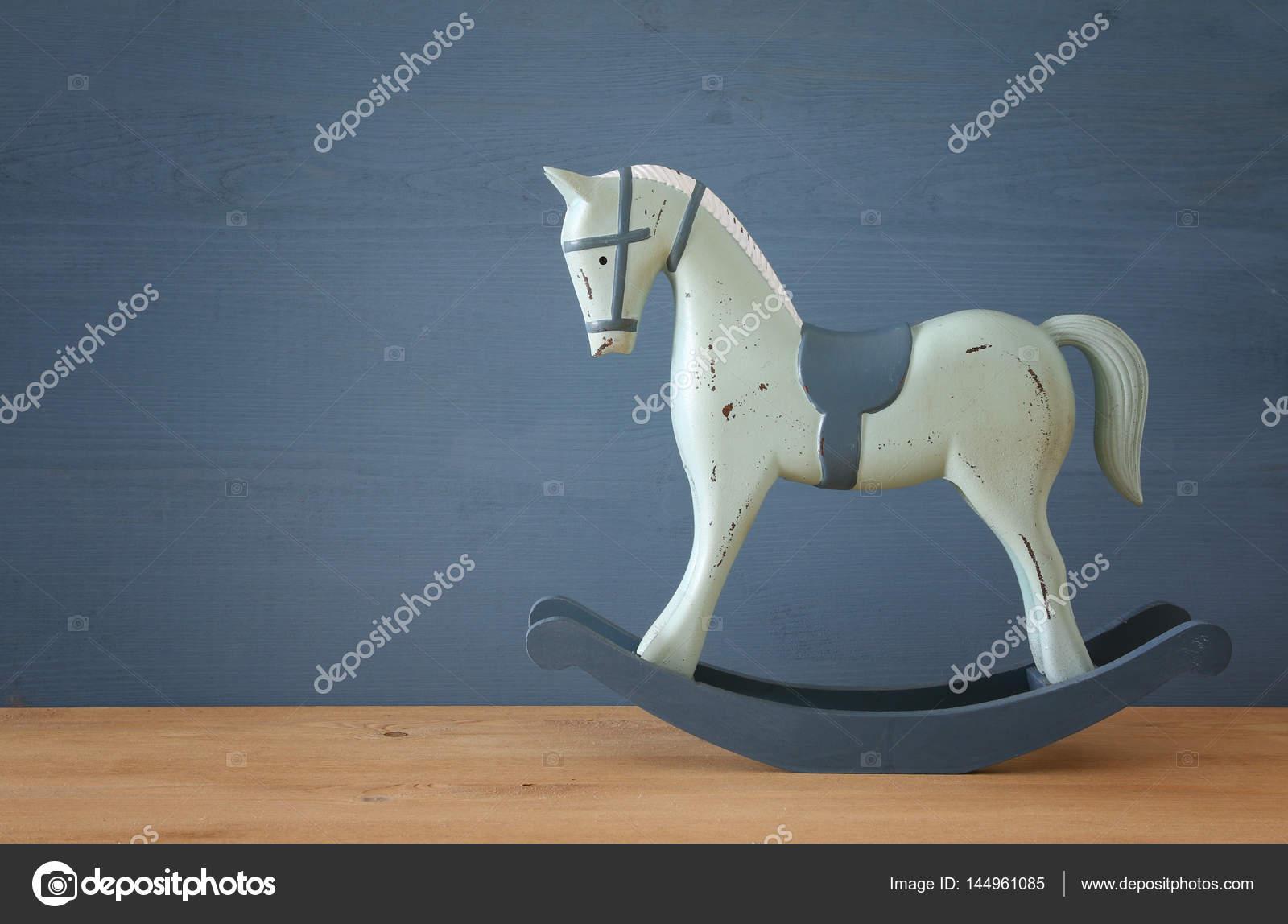 Vintage Koń Na Biegunach Na Podłogi Drewniane Zdjęcie Stockowe