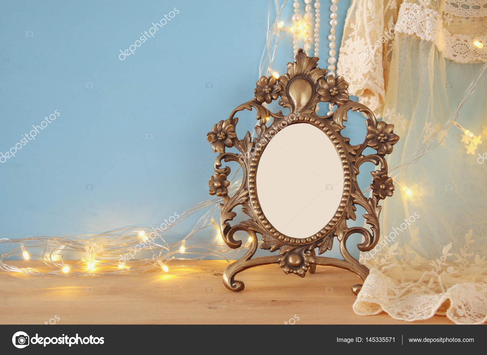 Antike leer viktorianischen Stil Frame auf Holztisch — Stockfoto ...