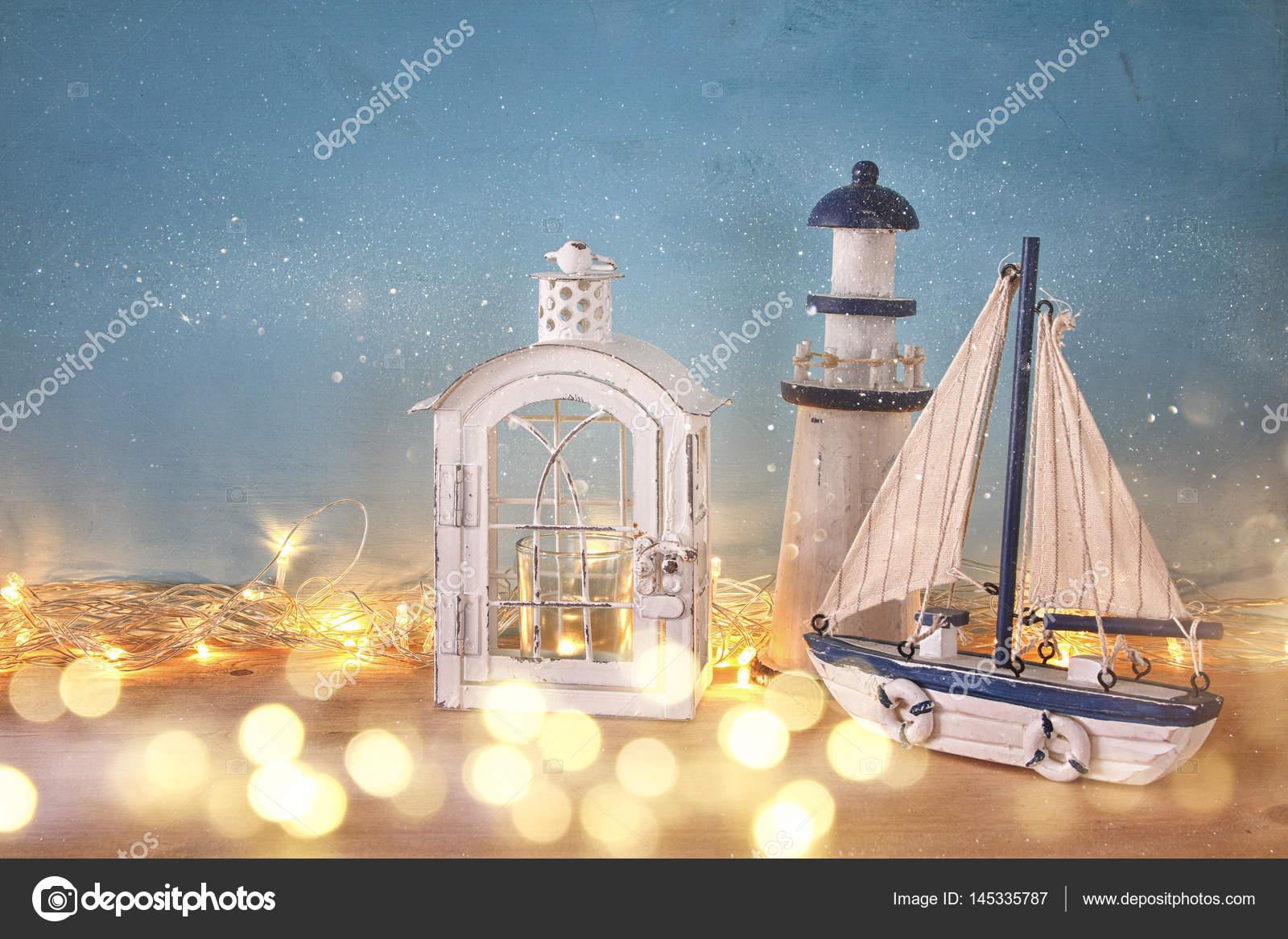 Concetto di nautica con oggetti di stile di vita di mare e le luci