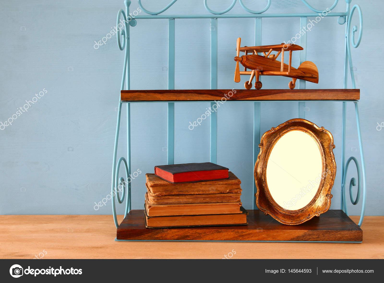 Vintage Regal mit alten hölzernen Flugzeug Spielzeug, Bücher und ...
