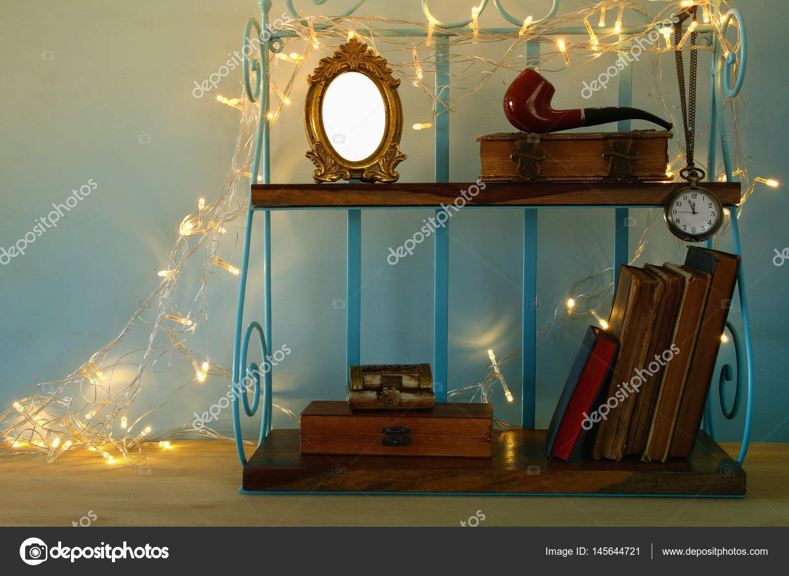 Klassische Regal mit Vintage männliche Objekte und leeren frame ...