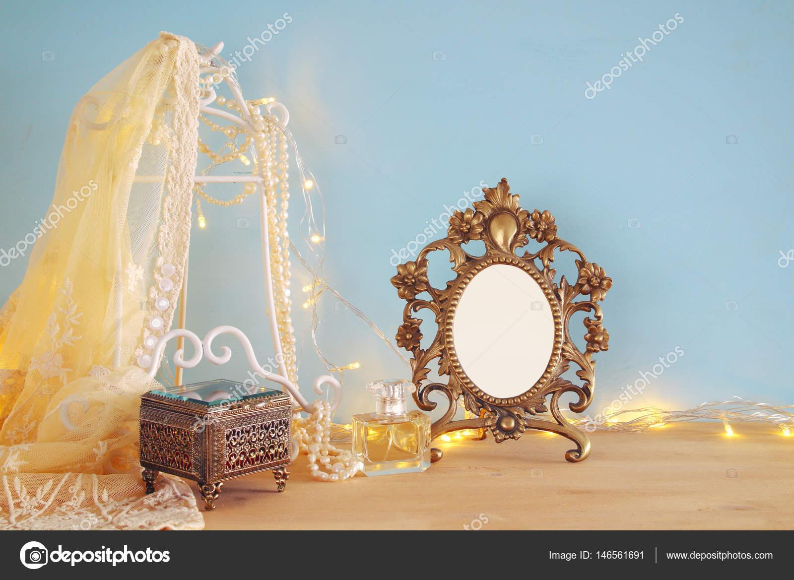 Antike leer viktorianischen Stil Frame auf Holztisch. bereit ...