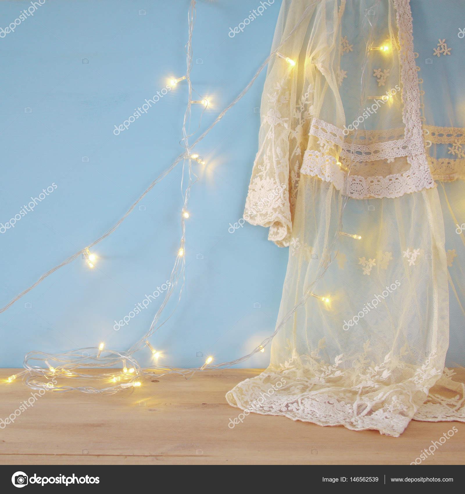 Vintage weiß häkeln Spitze oben und warmen Girlande Lichter ...
