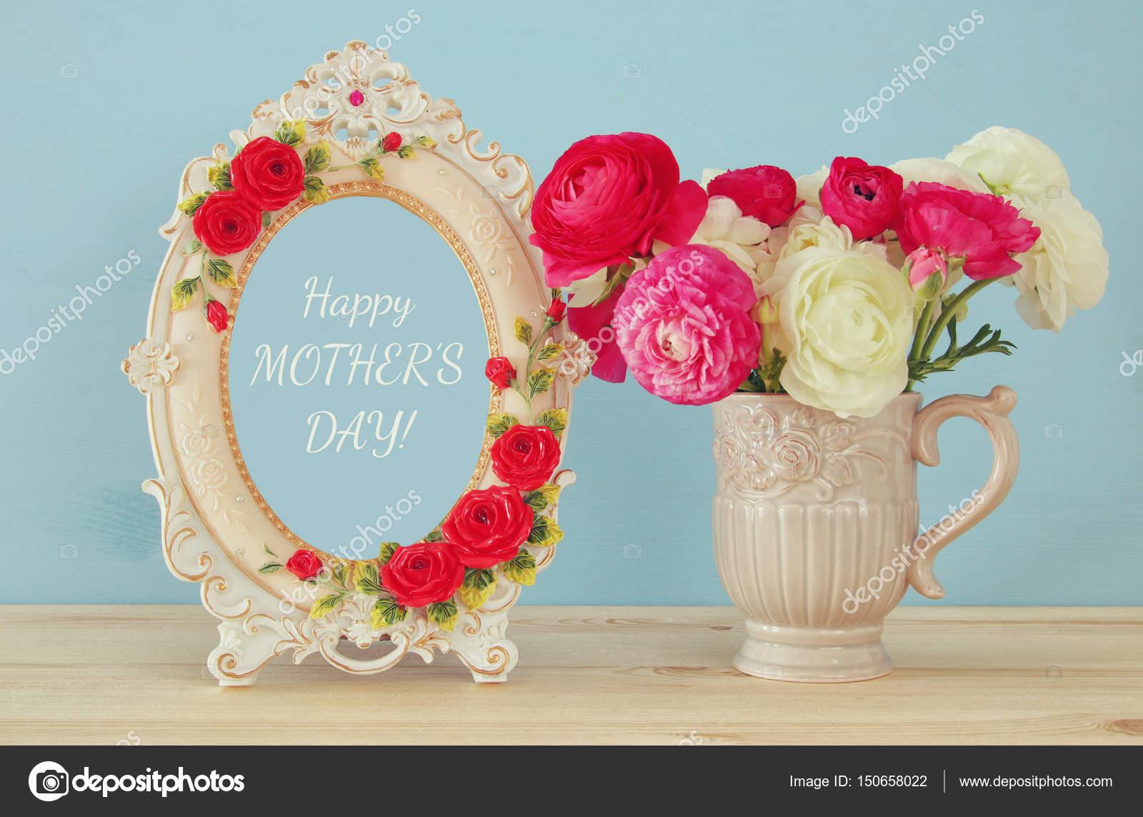 Frühlingsblumen neben Fotorahmen. Mütter Tag Konzept — Stockfoto ...