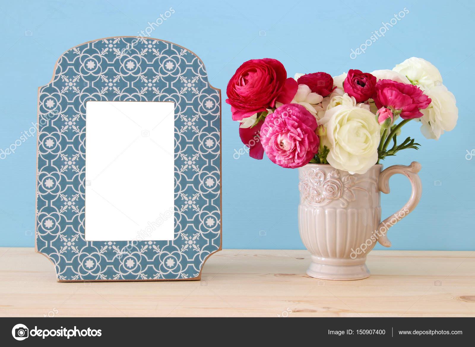 Strauß Frühlingsblumen neben leeren Vintage Bilderrahmen — Stockfoto ...