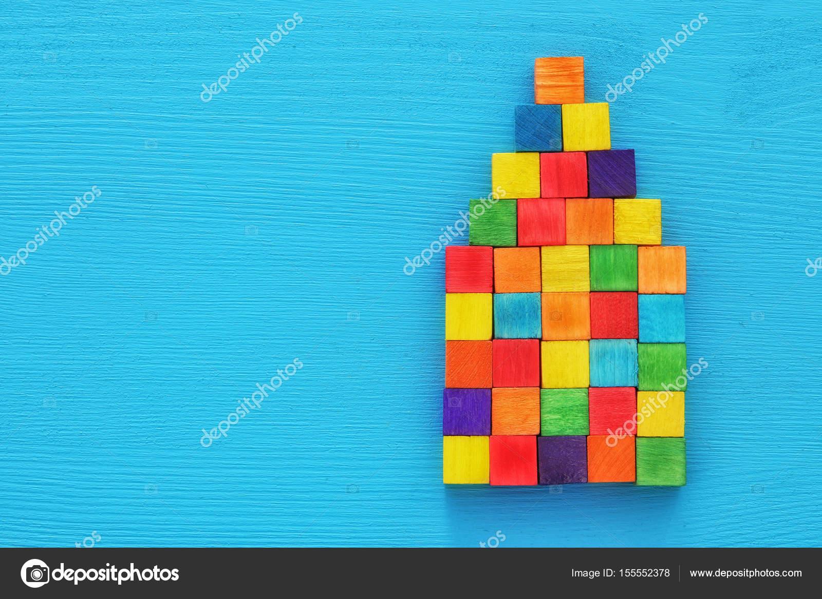 Houtblokken In Huis : Huis gevormd uit kleurrijke houtblokken blauwe getextureerde
