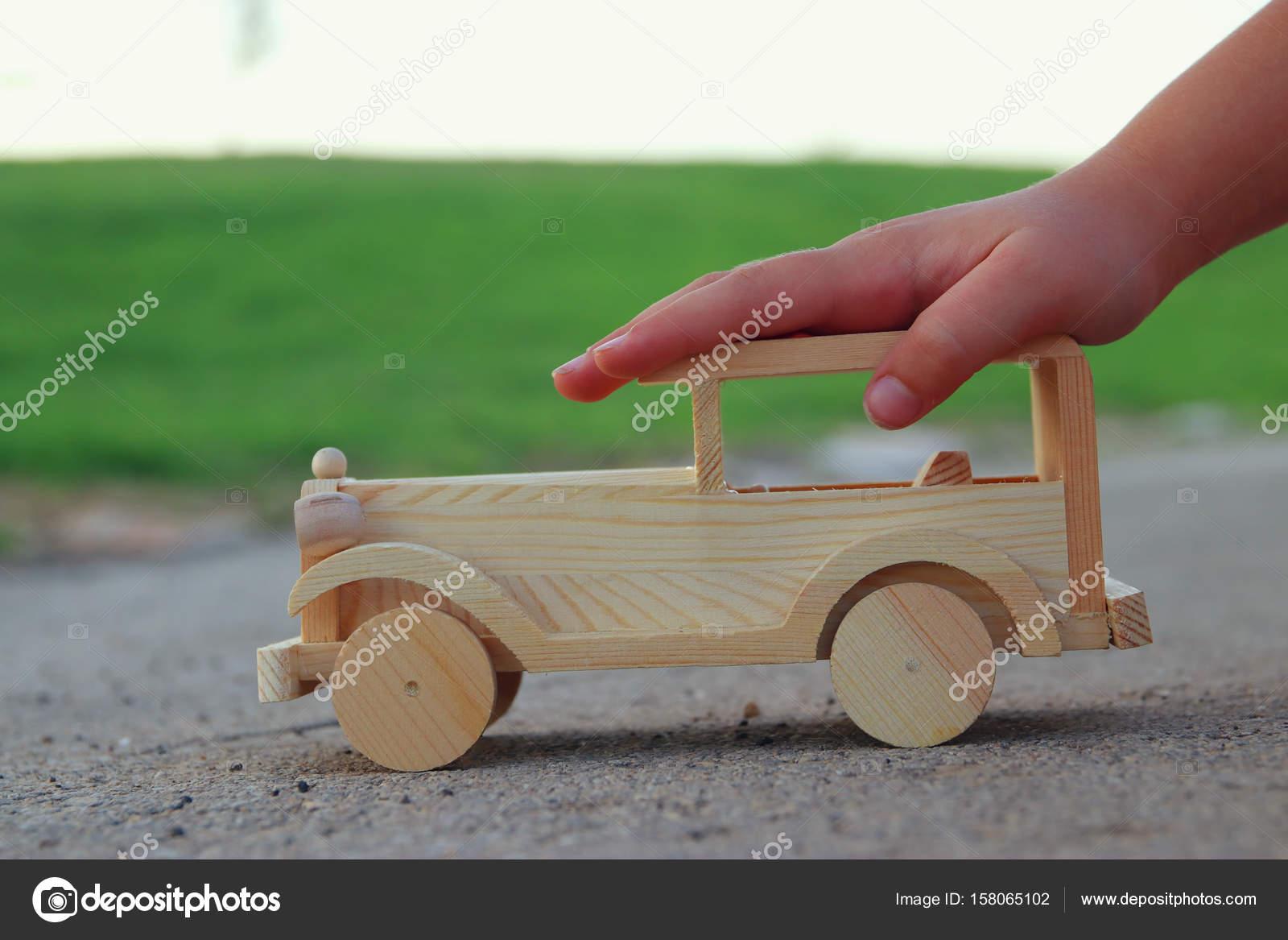 Fotos Carros De Madera Para Ninos Nino Jugando Con Coches De