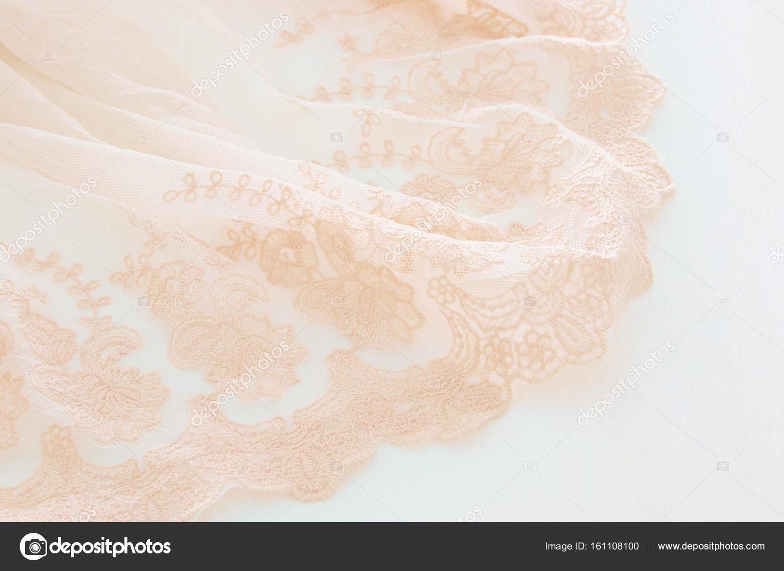 Legno Bianco Vintage : Abito in chiffon vintage tulle rosa sulla tavola di legno bianco