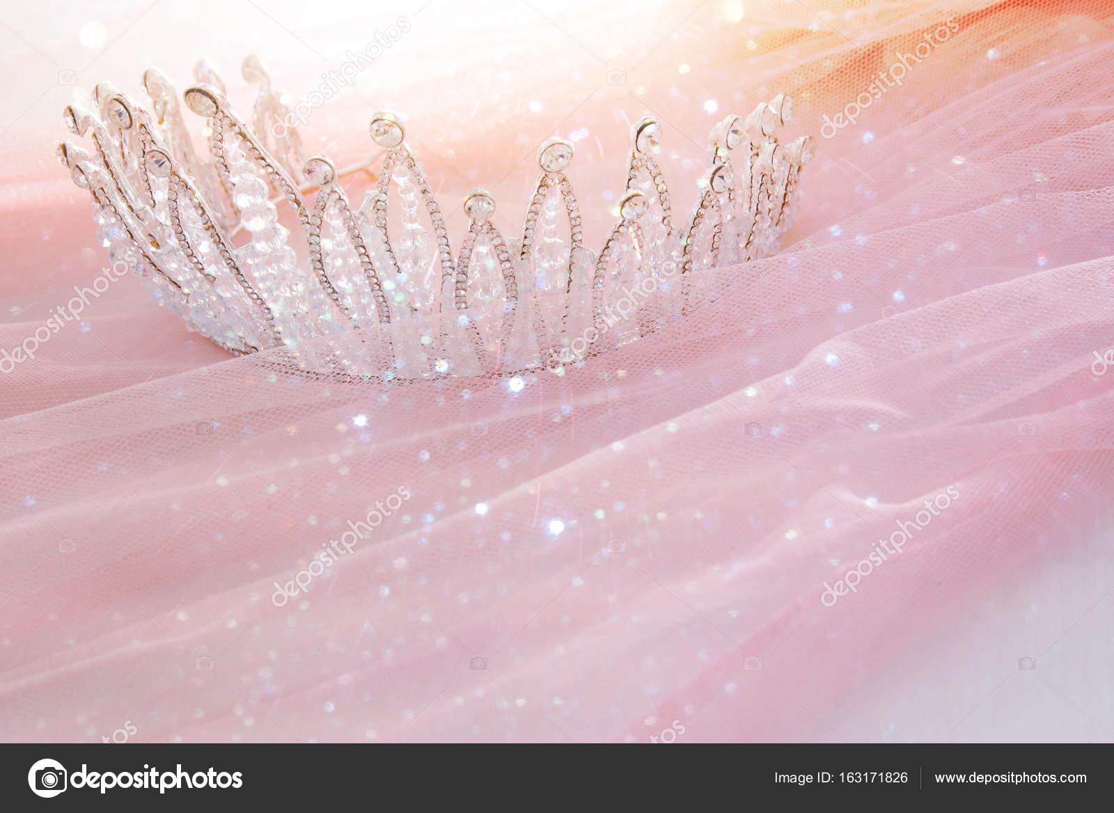 Rosa de tul Vintage gasa vestido y diamante tiara en mesa blanca de ...