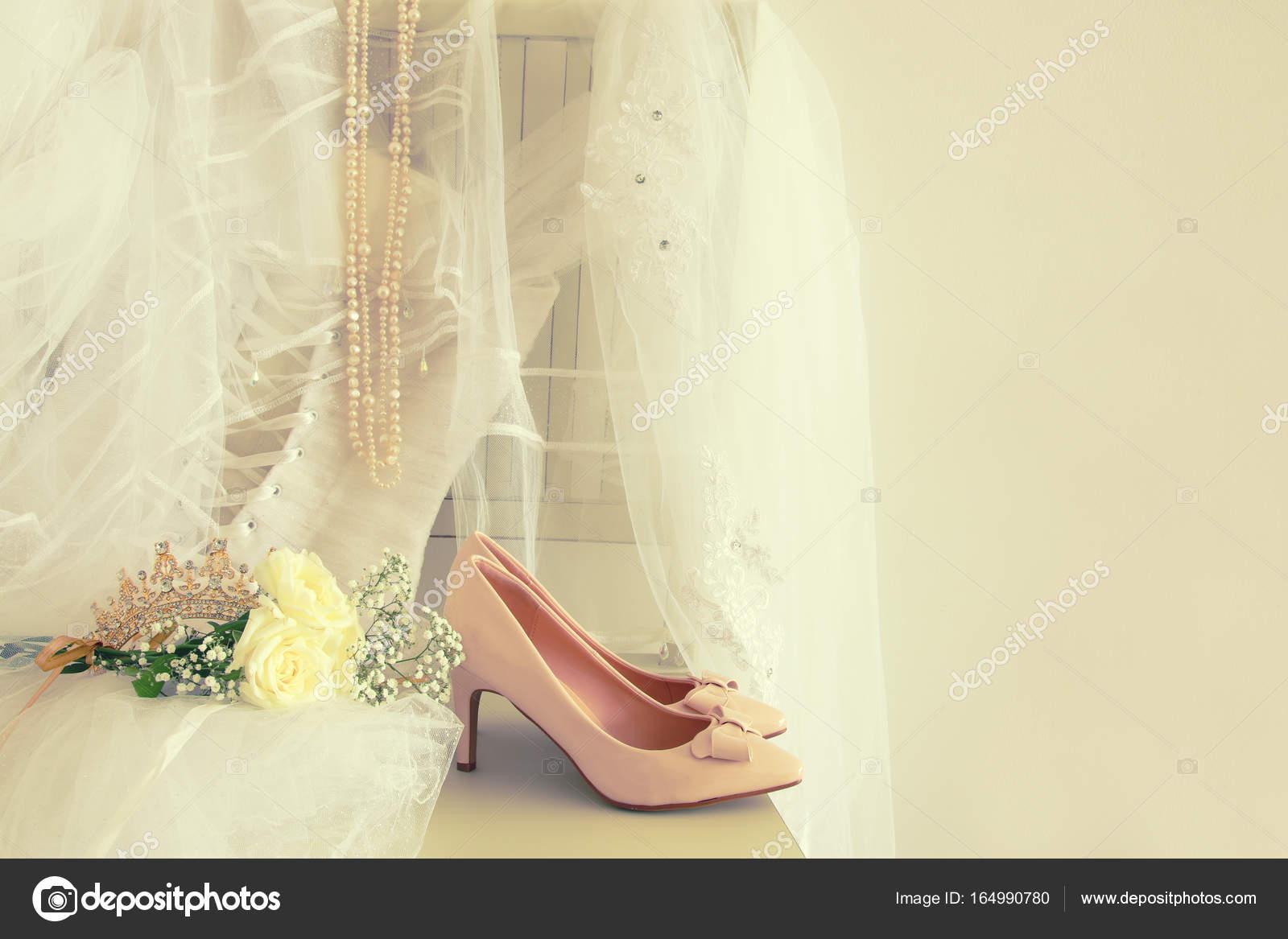 Schönes weißes Brautkleid, Schuhe, gold Diamant Diadem und Schleier ...